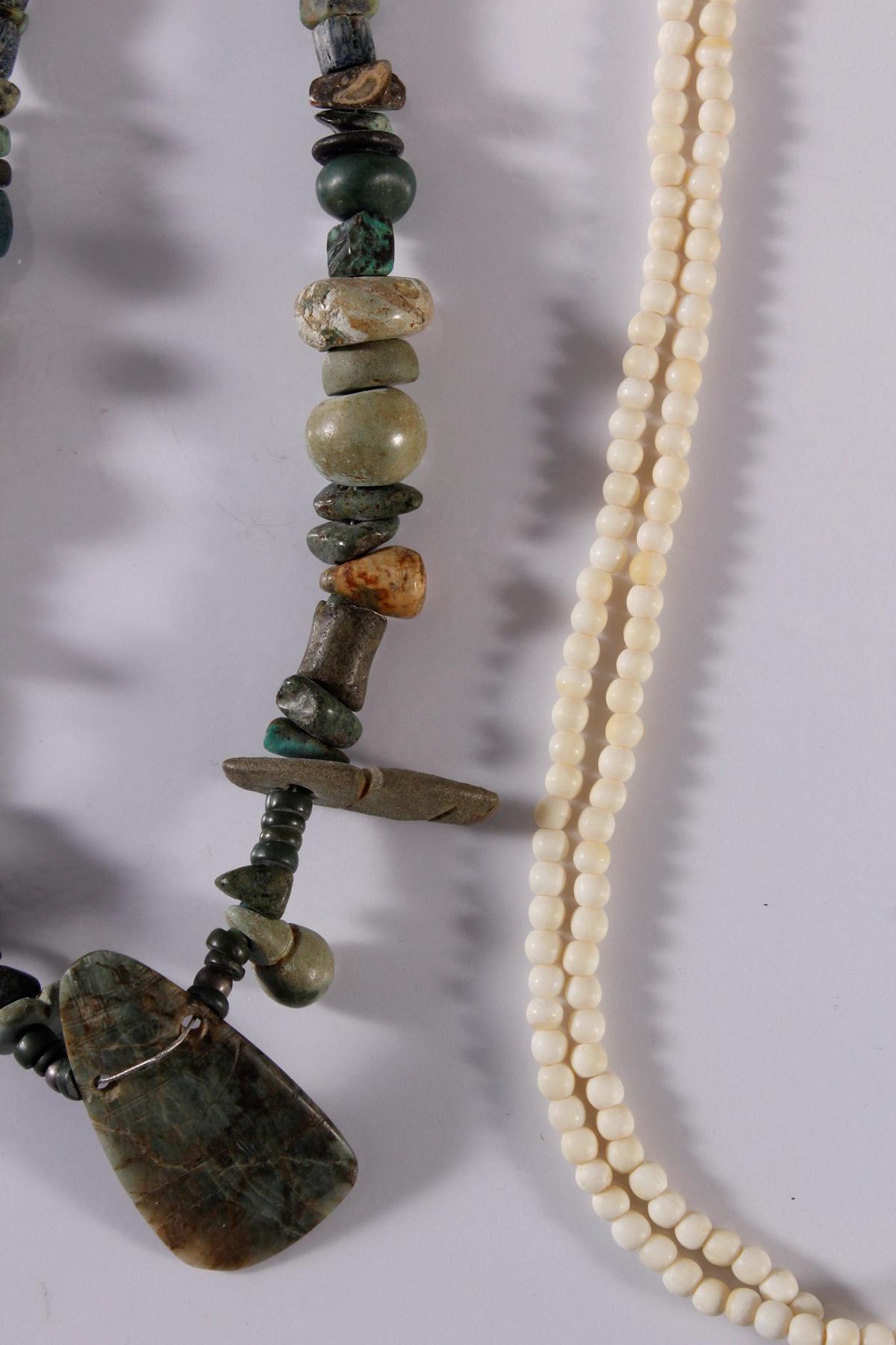 3 Halsketten aus Elfenbein, Perlen und Edelsteinen.-2