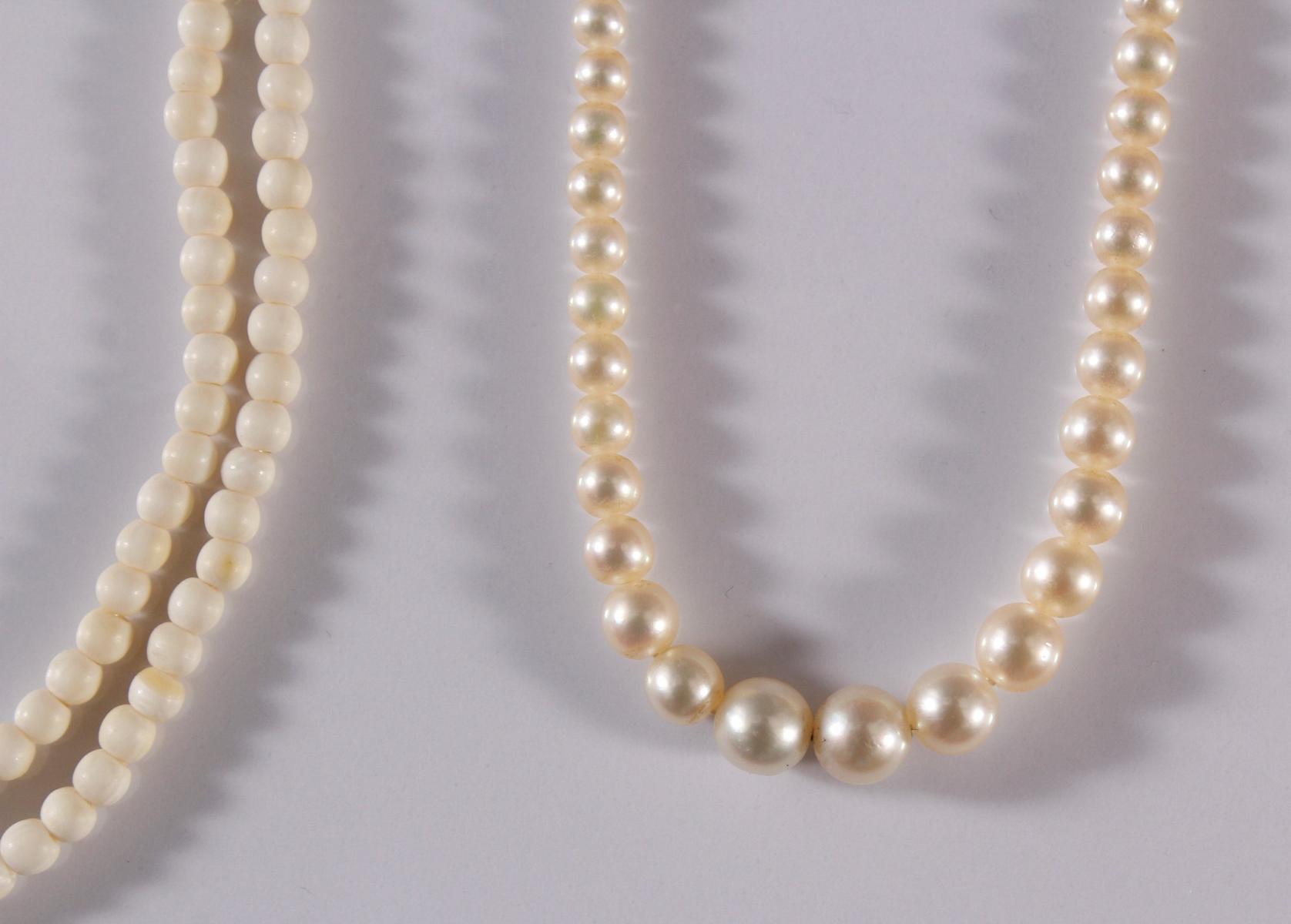3 Halsketten aus Elfenbein, Perlen und Edelsteinen.-3