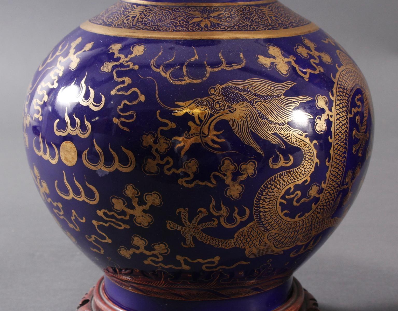 Paar 'Powder Blue' Porzellan Vasen, Qing Dynastie (1875-1908)-4