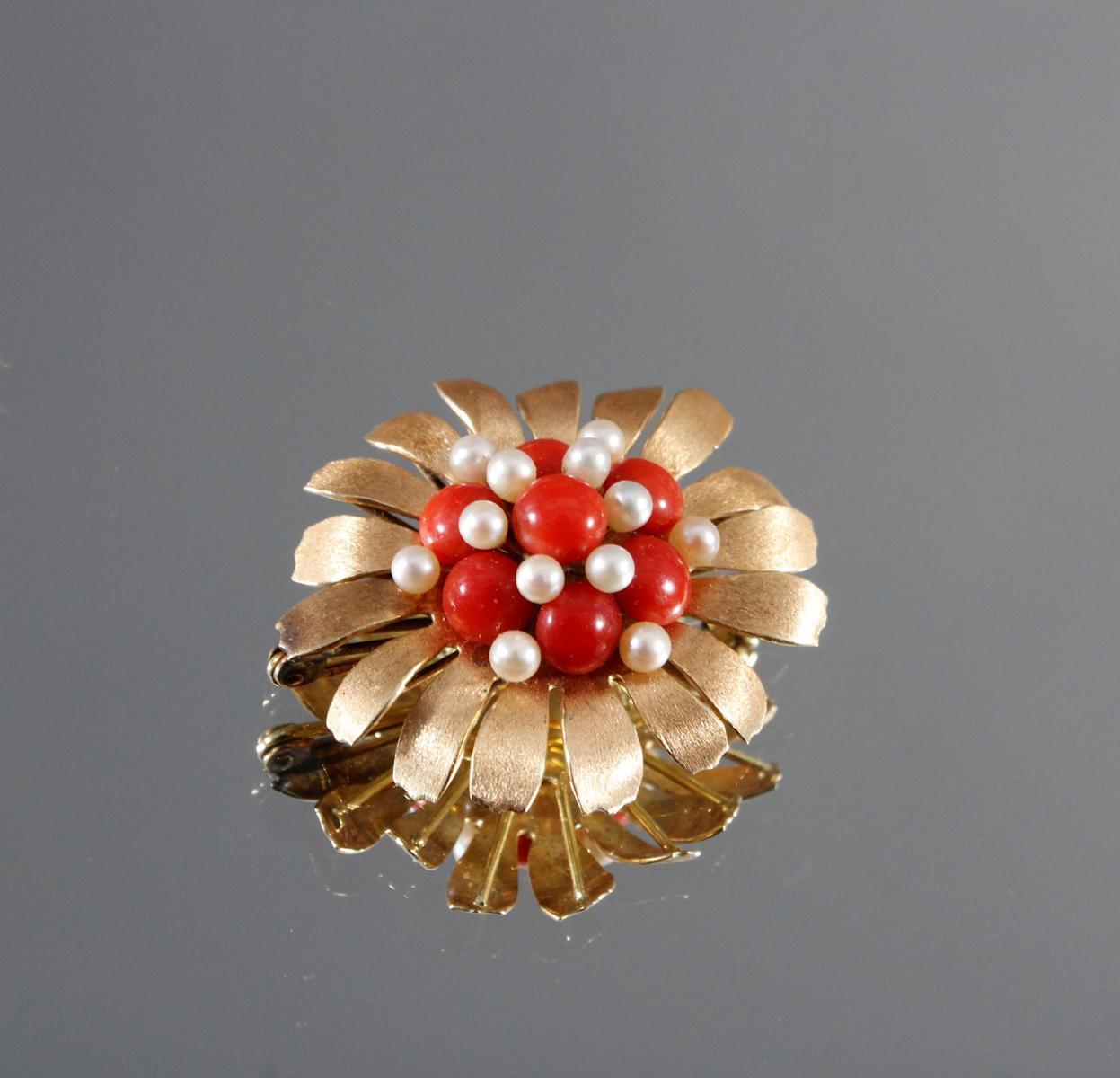 Brosche aus 14 kt Gelbgold mit Perlen und roter Koralle