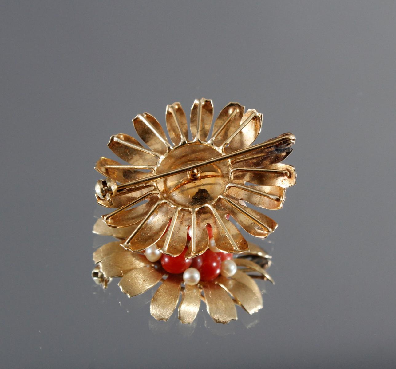 Brosche aus 14 kt Gelbgold mit Perlen und roter Koralle-2