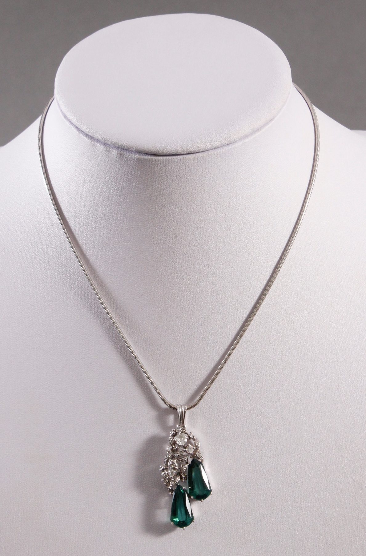 Halskette mit Anhänger 14 kt Weißgold, besetzt mit Diamanten und Turmalin