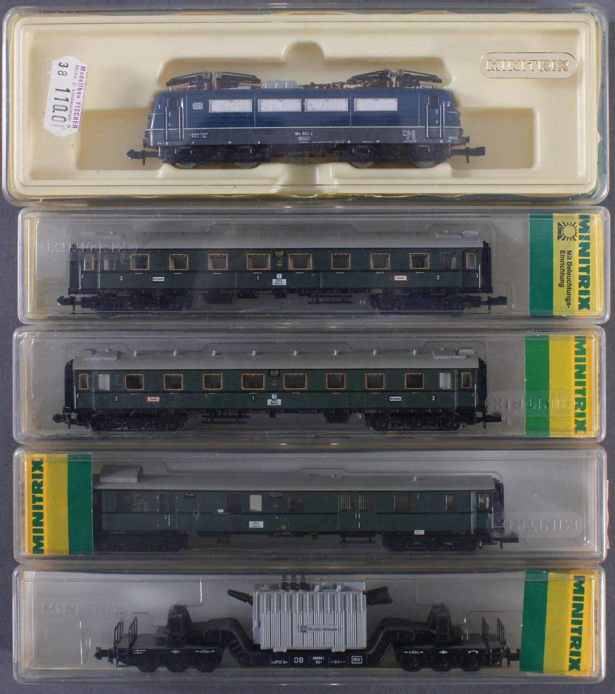 Minitrix E-Lok 2938 mit 3 Personen- und 1 Güterwaggon