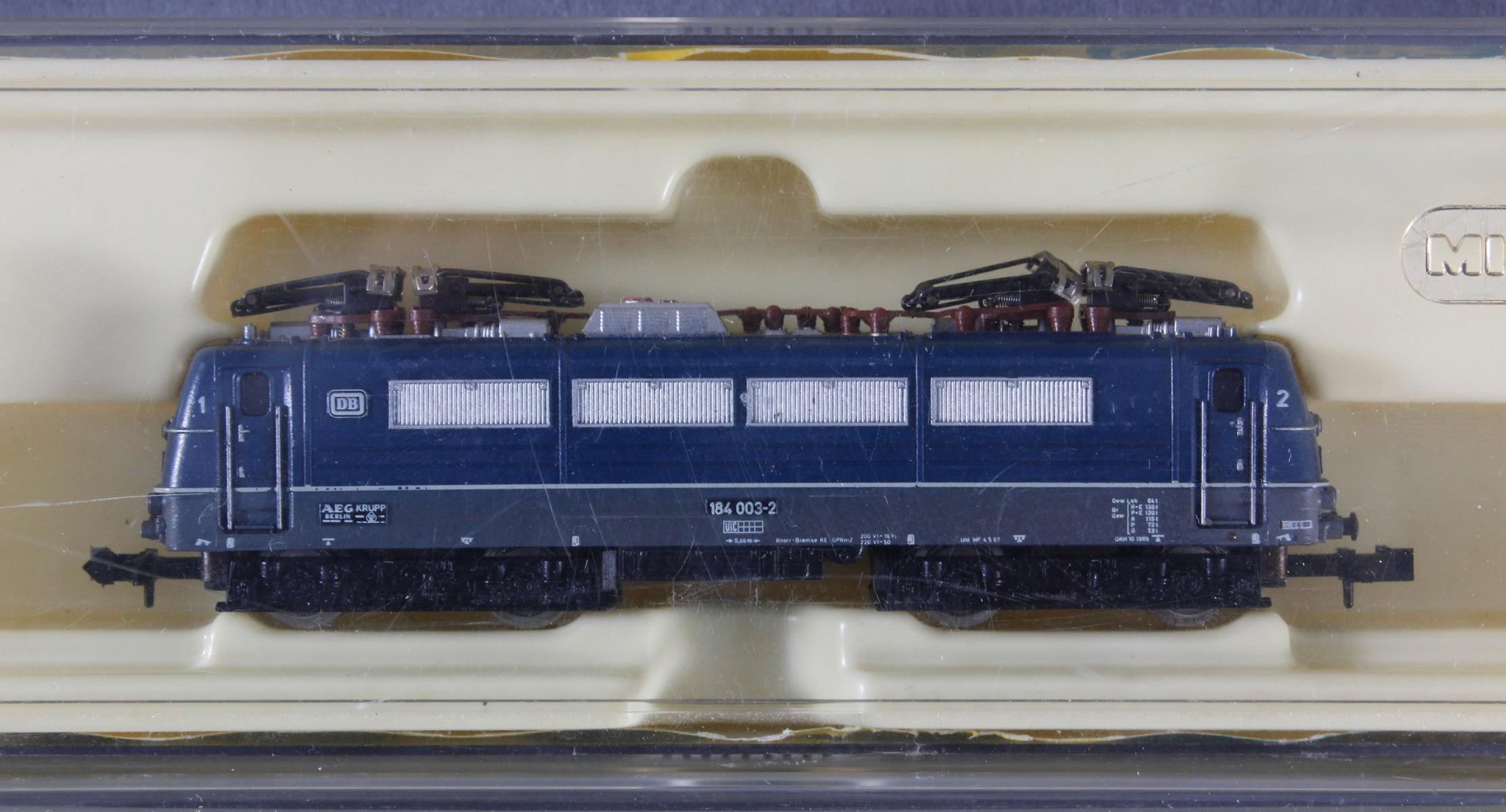 Minitrix E-Lok 2938 mit 3 Personen- und 1 Güterwaggon-2