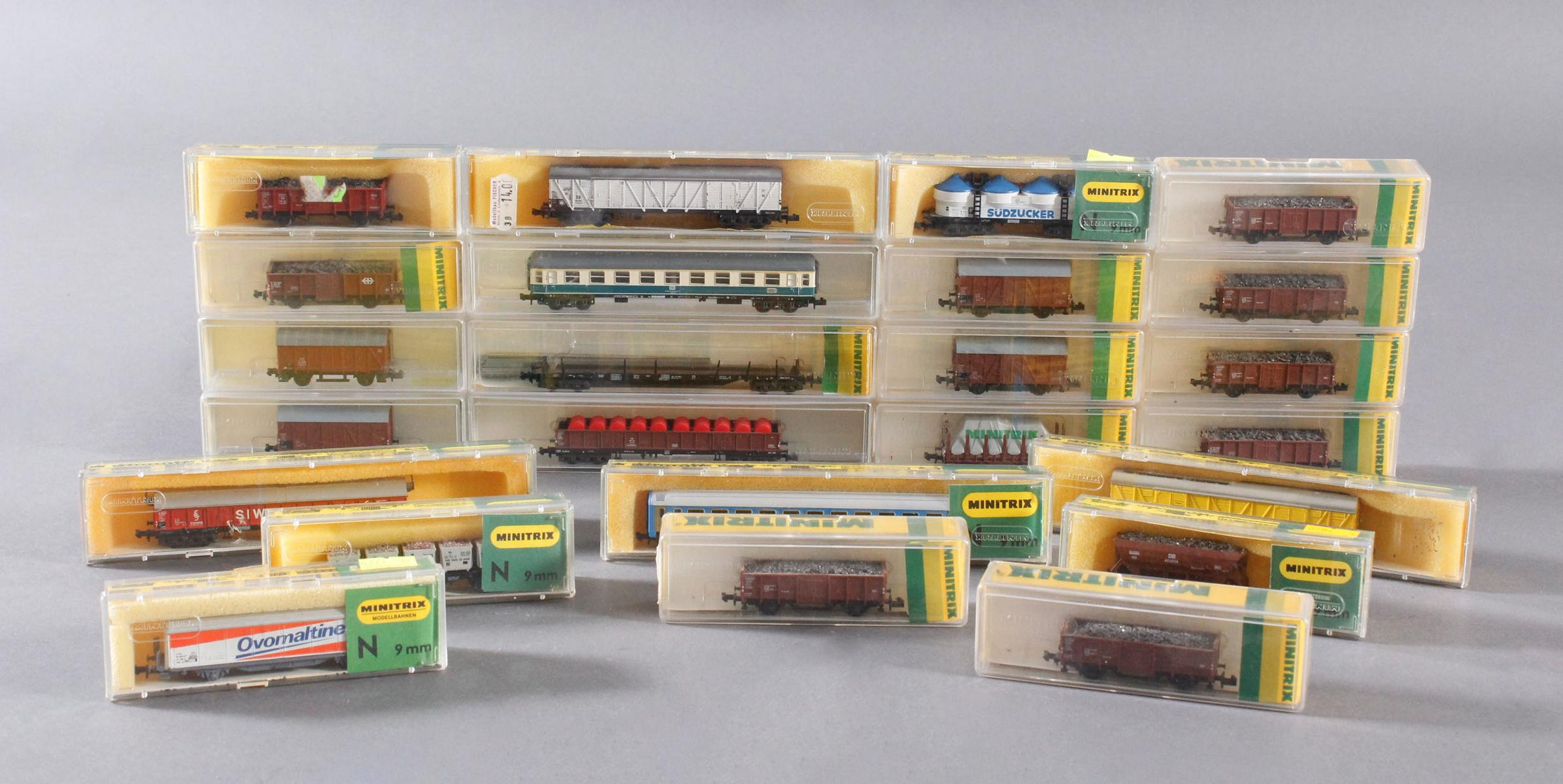 Minitrix, Spur N, 22 Güter- und 2 Personenwaggons