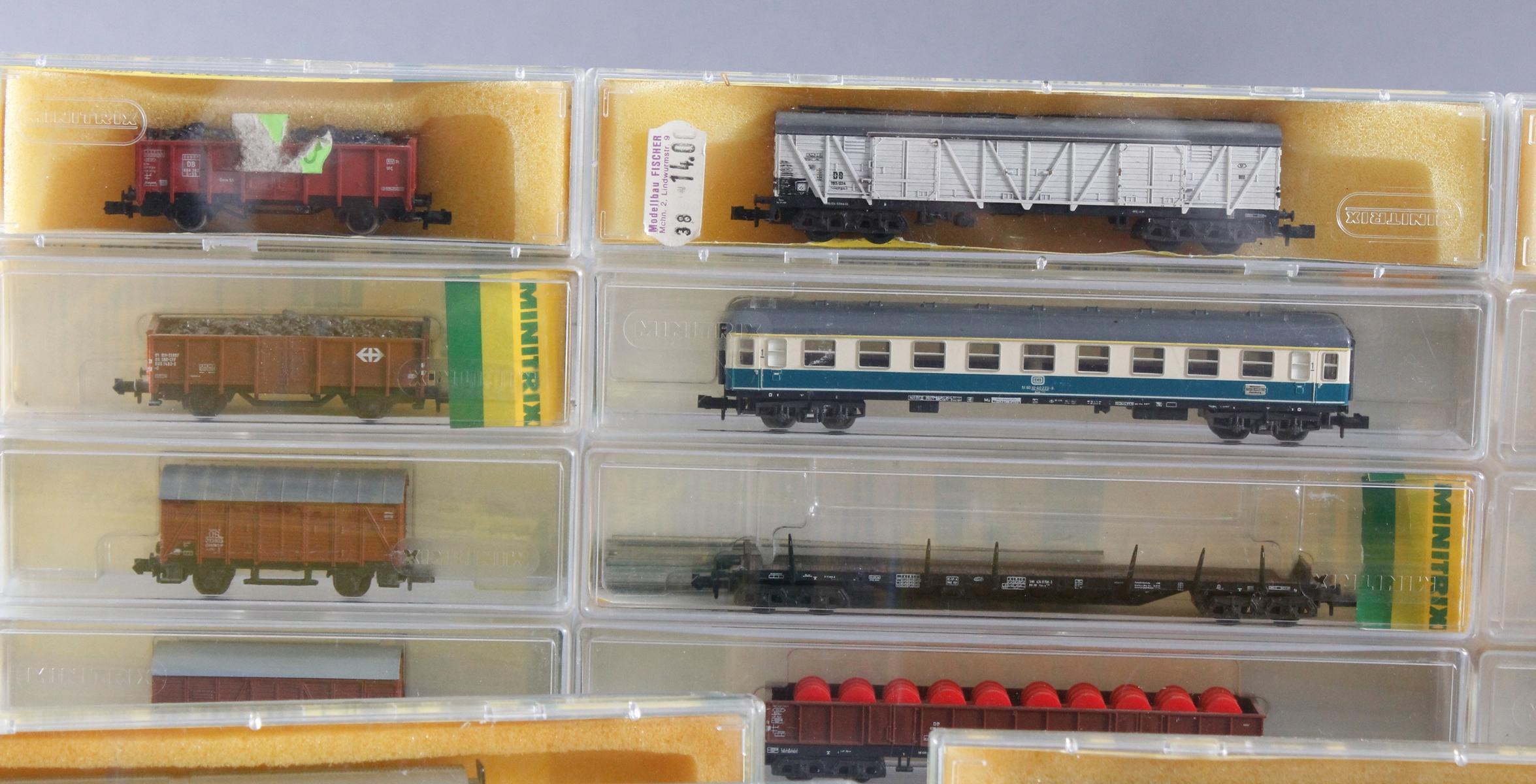 Minitrix, Spur N, 22 Güter- und 2 Personenwaggons-2
