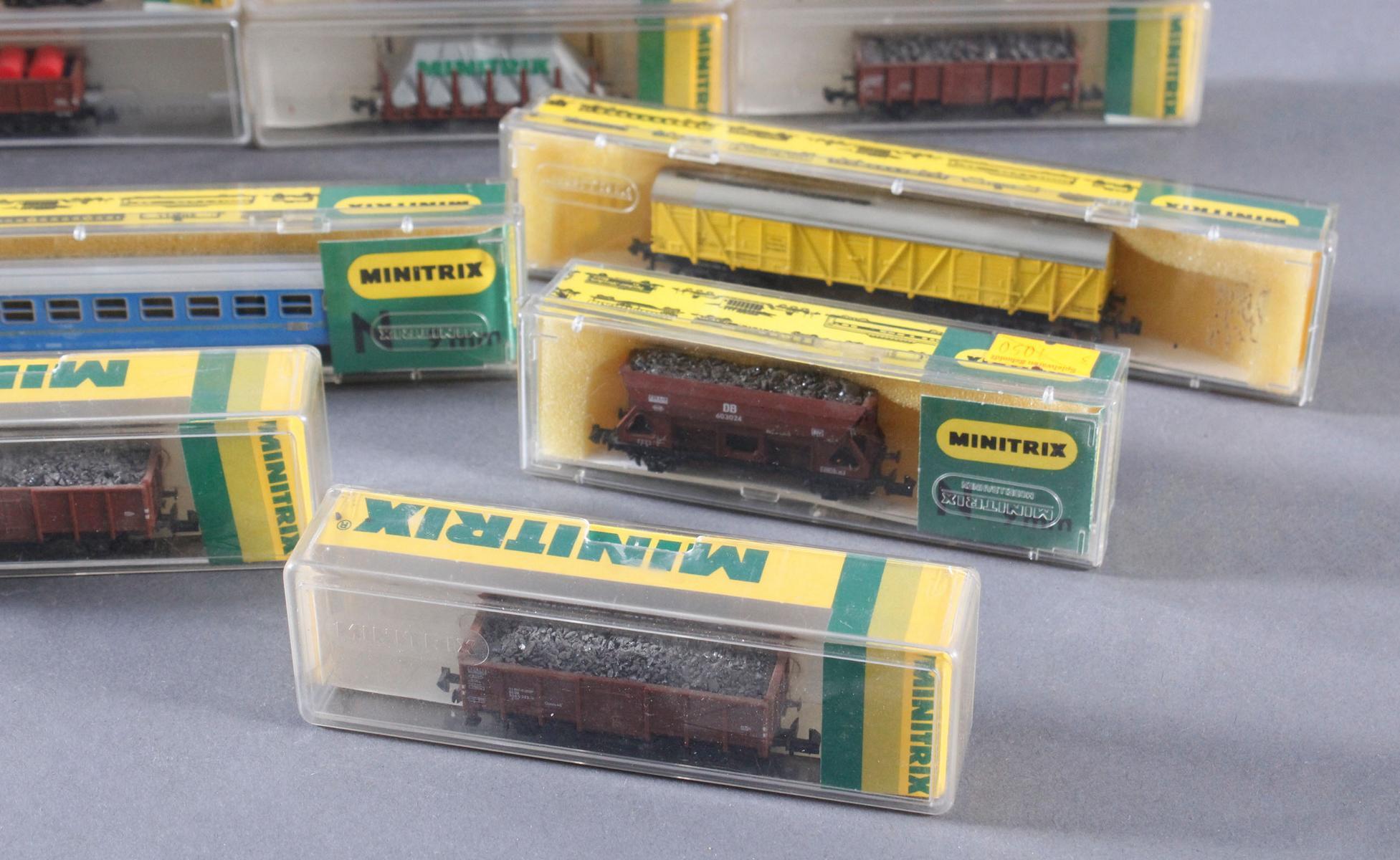 Minitrix, Spur N, 22 Güter- und 2 Personenwaggons-4