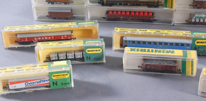 Minitrix, Spur N, 22 Güter- und 2 Personenwaggons-5