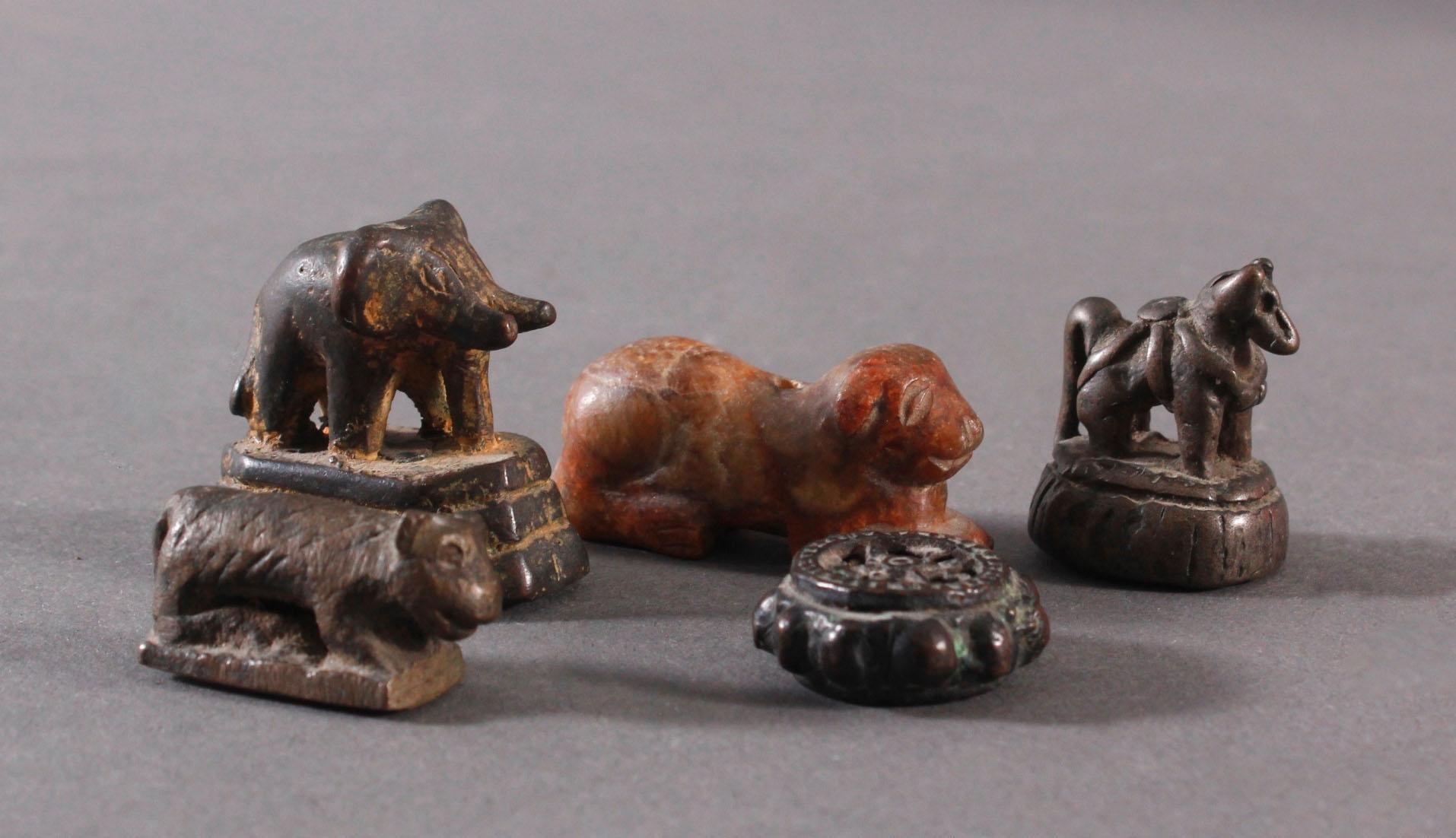 5 Skulpturen aus Bronze und Stein
