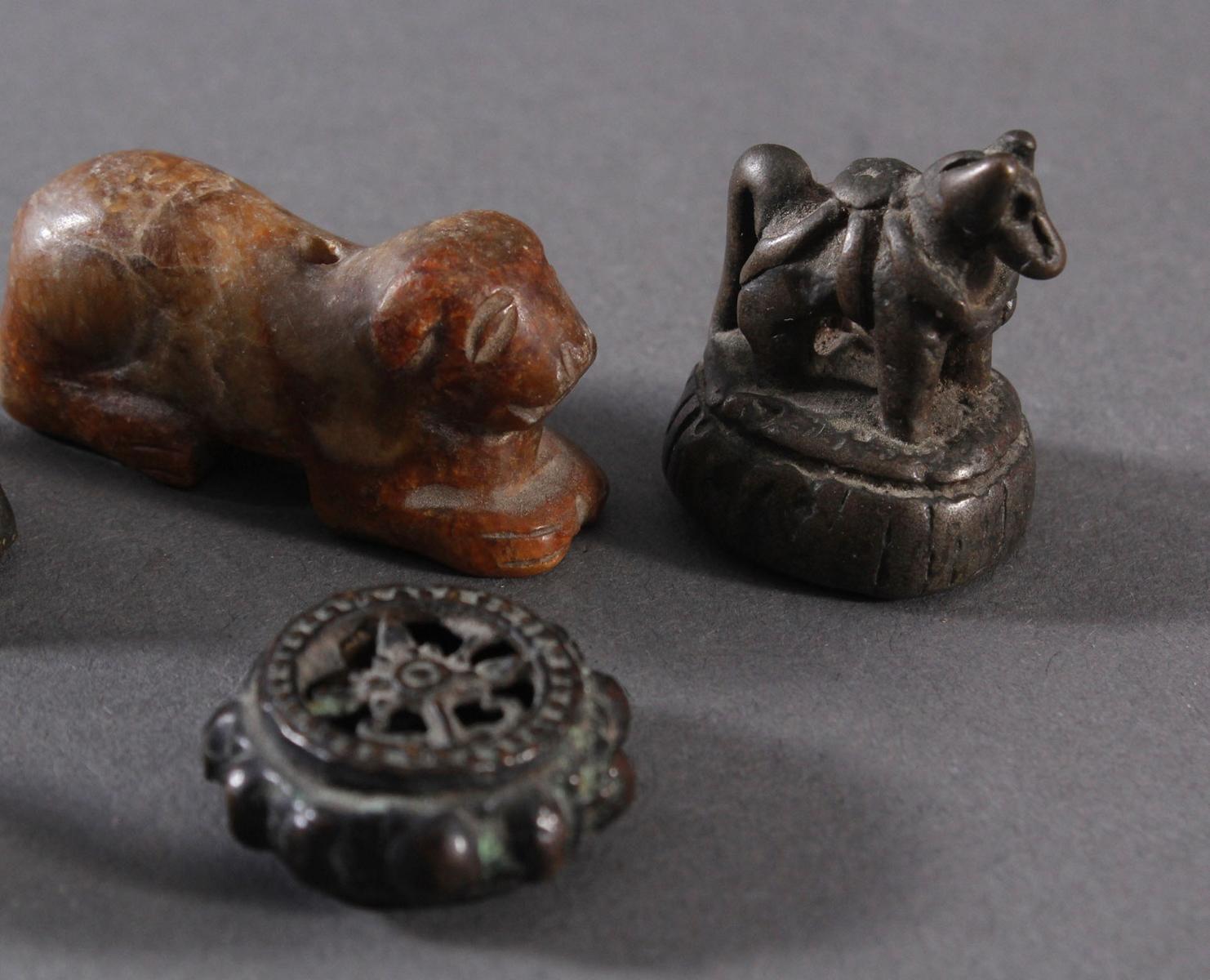 5 Skulpturen aus Bronze und Stein-3