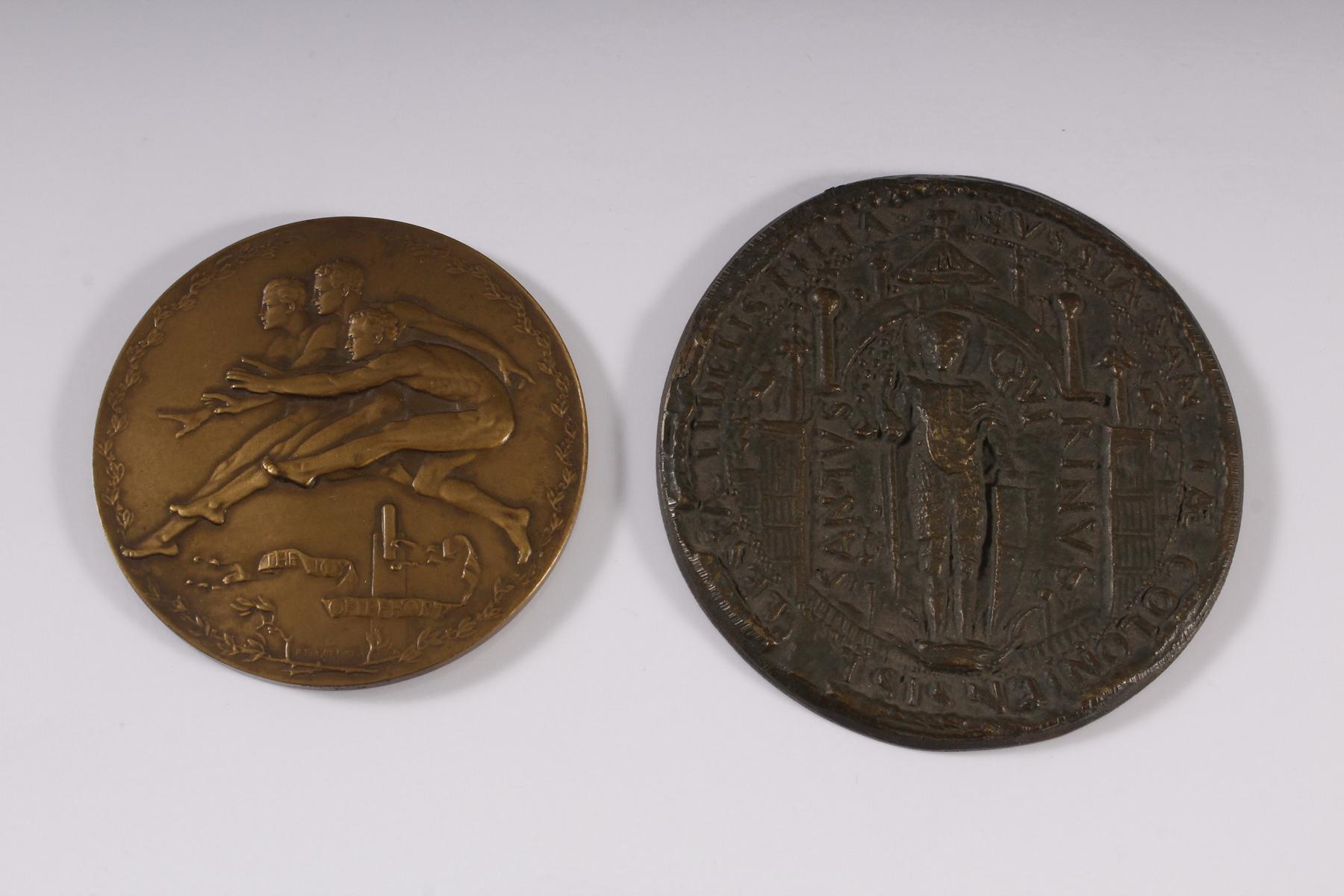 Zwei Bronzeplaketten