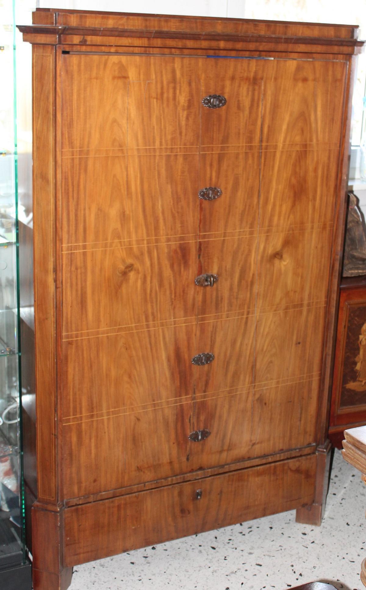 Kleiderschrank aus dem 19. Jahrhundert in Form einer Kommode