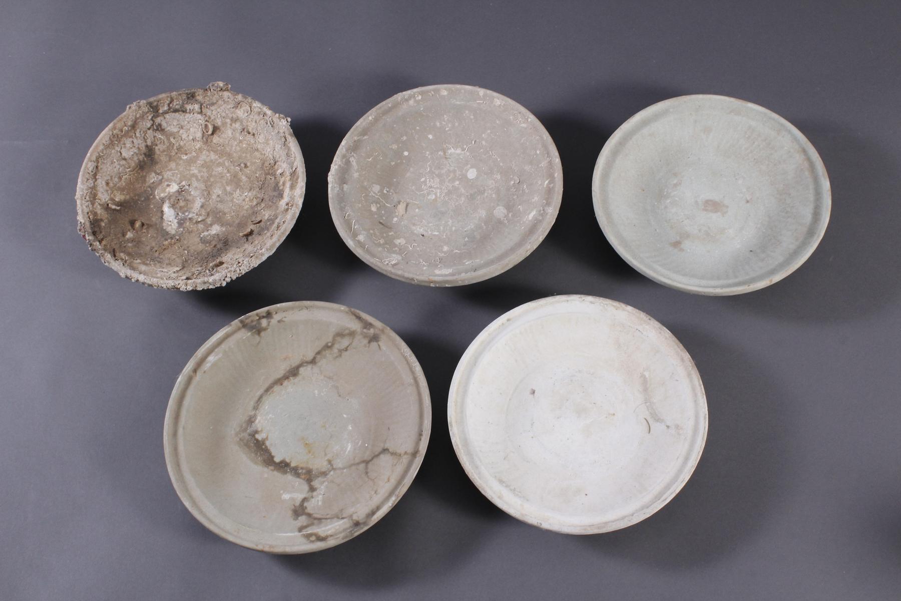 5 Teller, Ankor-Periode 12./13. Jahrhundert, Kambodscha
