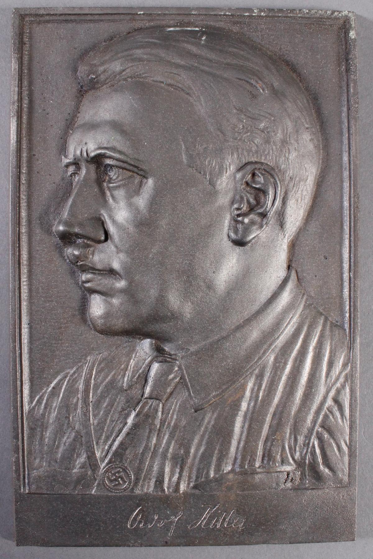 Eisengußplakette mit dem Portrait von Adolf Hitler