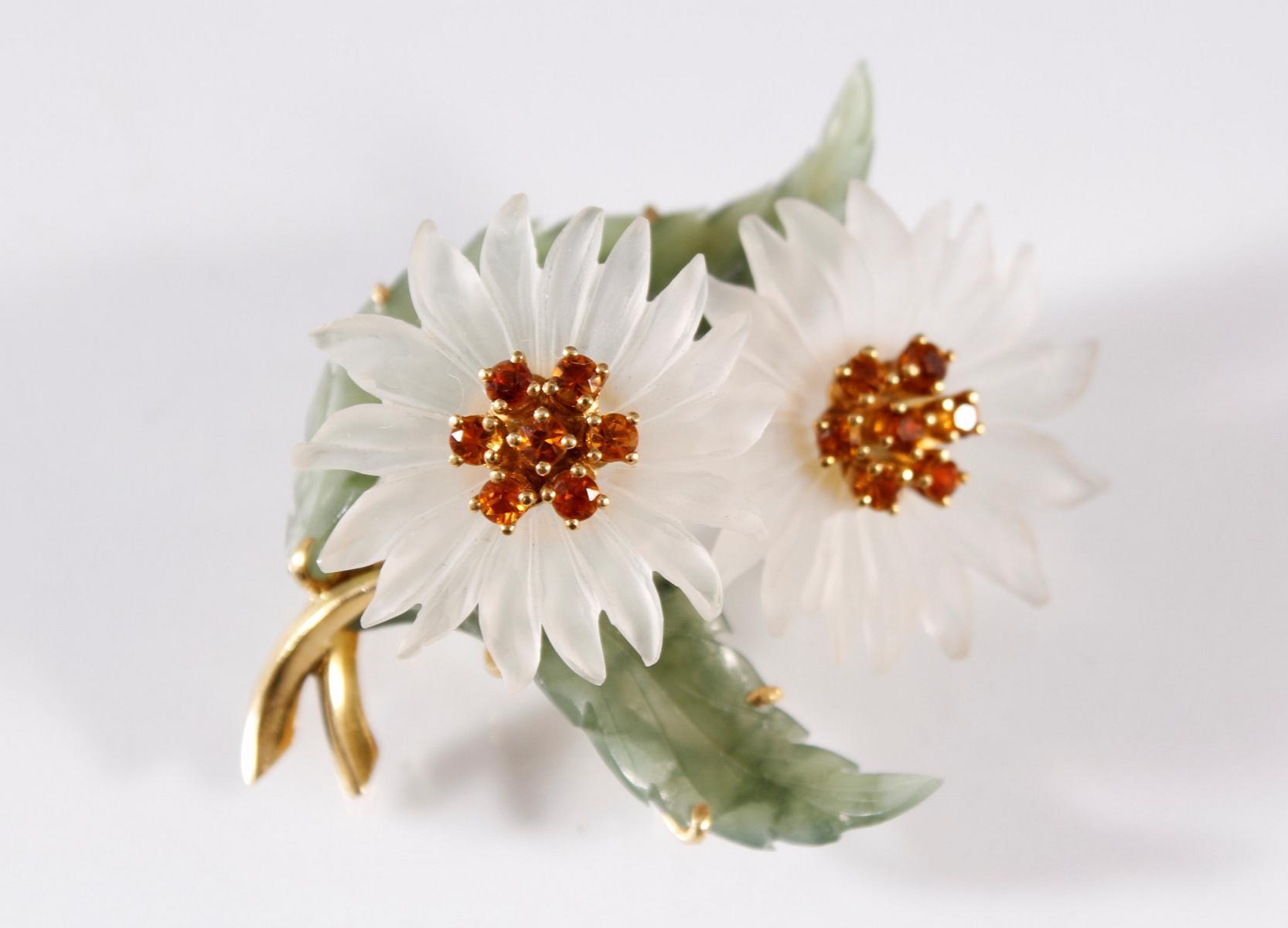 Brosche in Blütenform aus Jade, Kristall und Citrinen, Fassung aus 18 kt Gelbgold