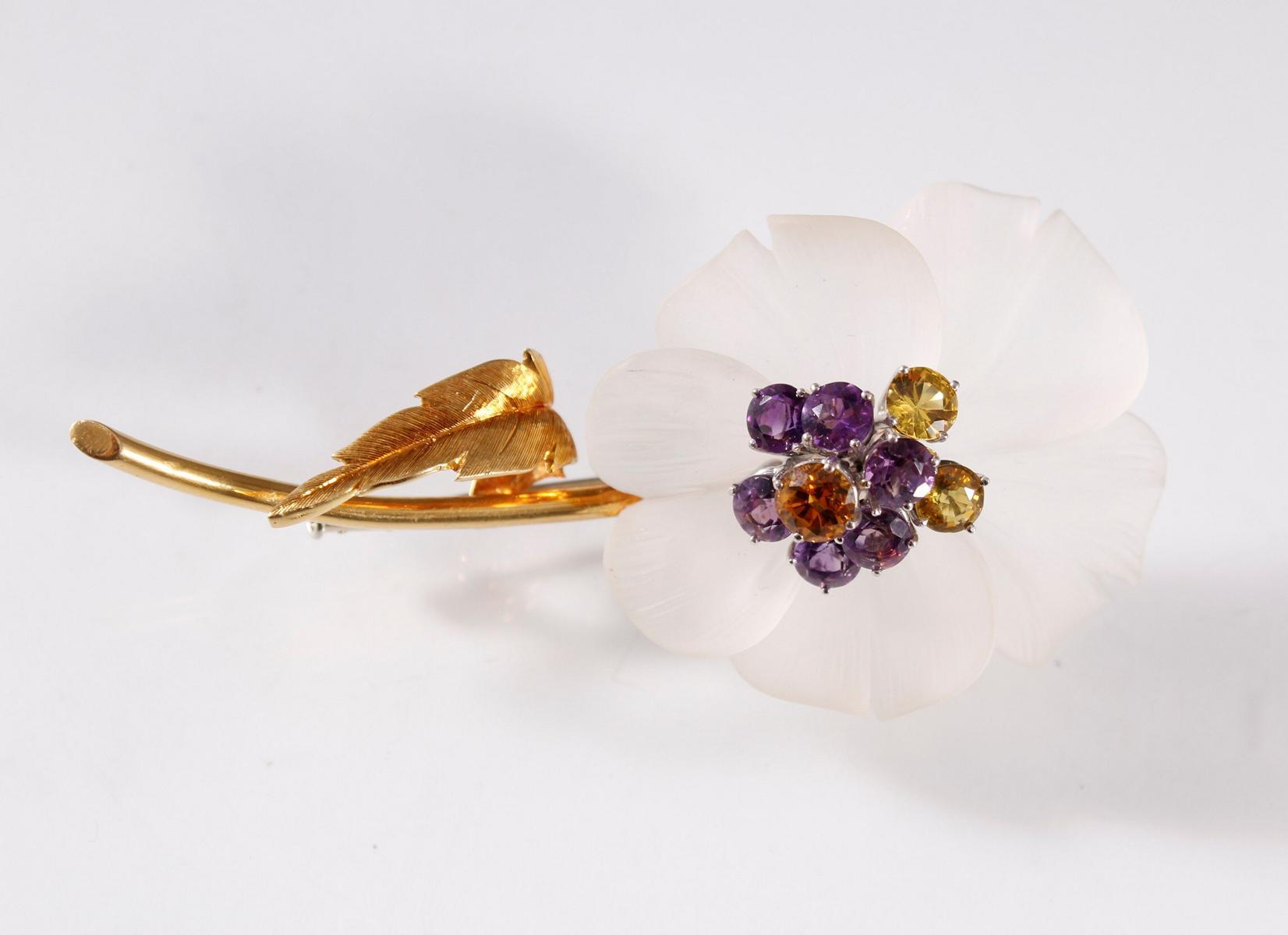 Brosche in Blütenform aus Kristall und facettierten Edelsteinen, Fassung aus 18 Karat Gelbgold