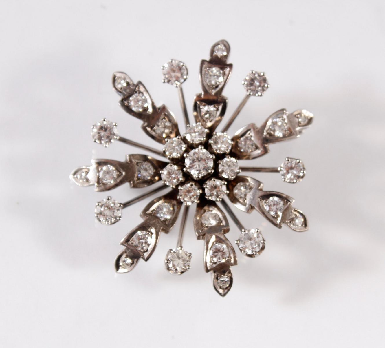 Brosche in Blütenform mit 36 Diamanten, Fassung aus 14 Karat Weißgold