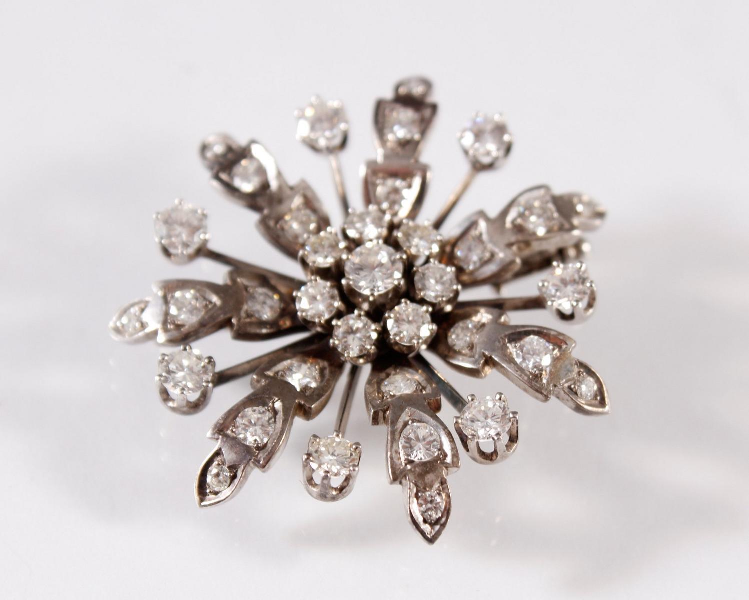Brosche in Blütenform mit 36 Diamanten, Fassung aus 14 Karat Weißgold-2
