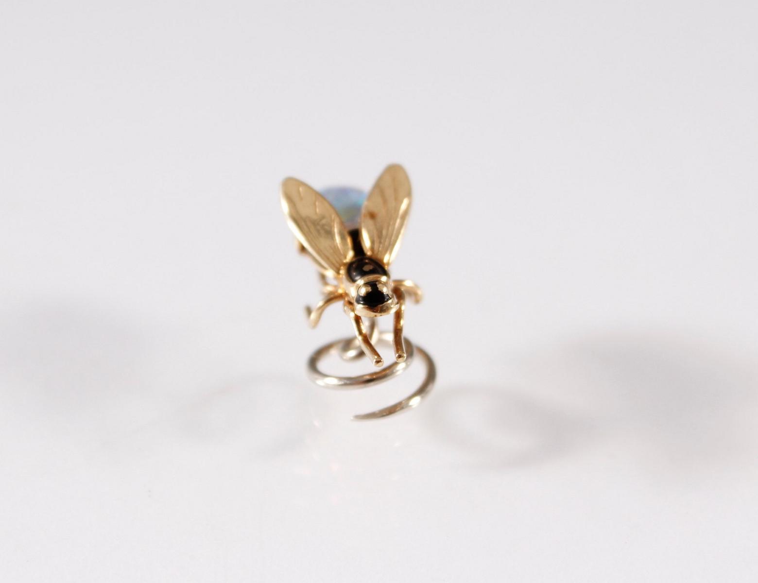 Kleines Schmuckstück in Form einer Fliege, 18 Karat Gelb- und Weißgold