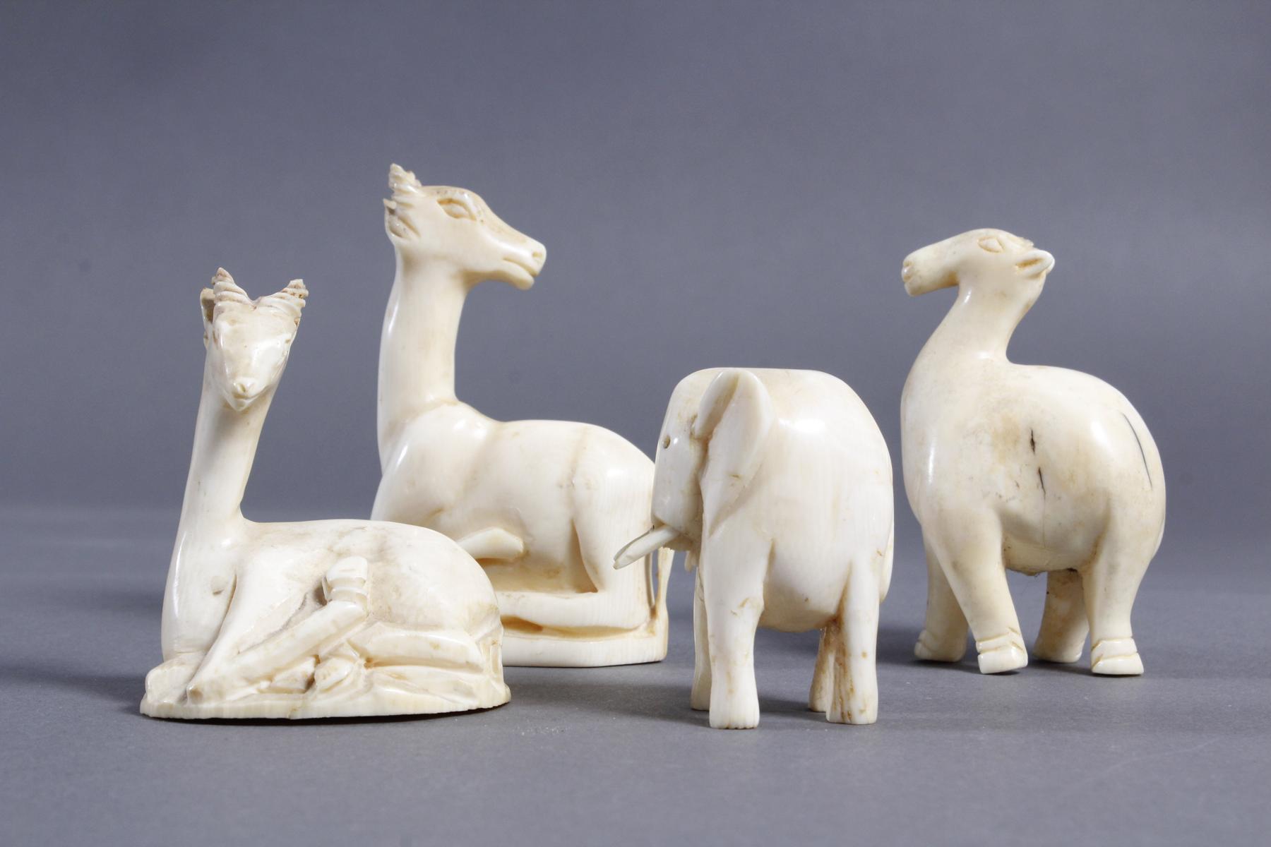 Vier unterschiedliche Elfenbein Tiere, Afrika um 1930-2