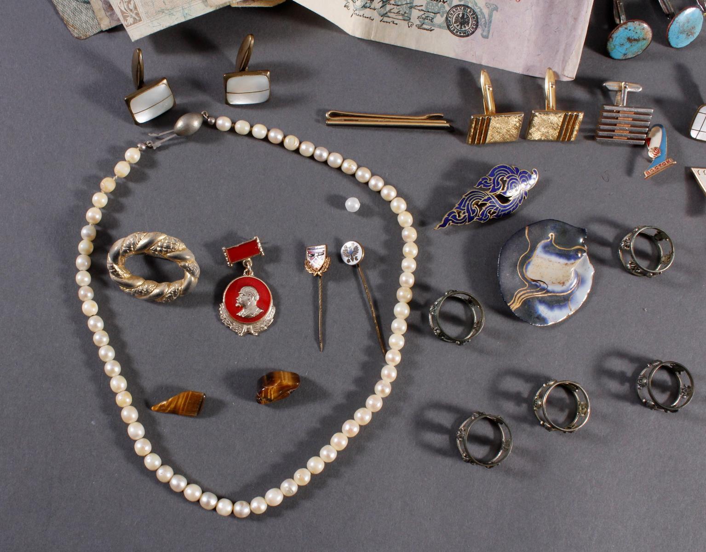 Schmuckschatulle mit Reichsbanknoten, Perlenkette, silberne Serviettenringe und Modeschmuck-2
