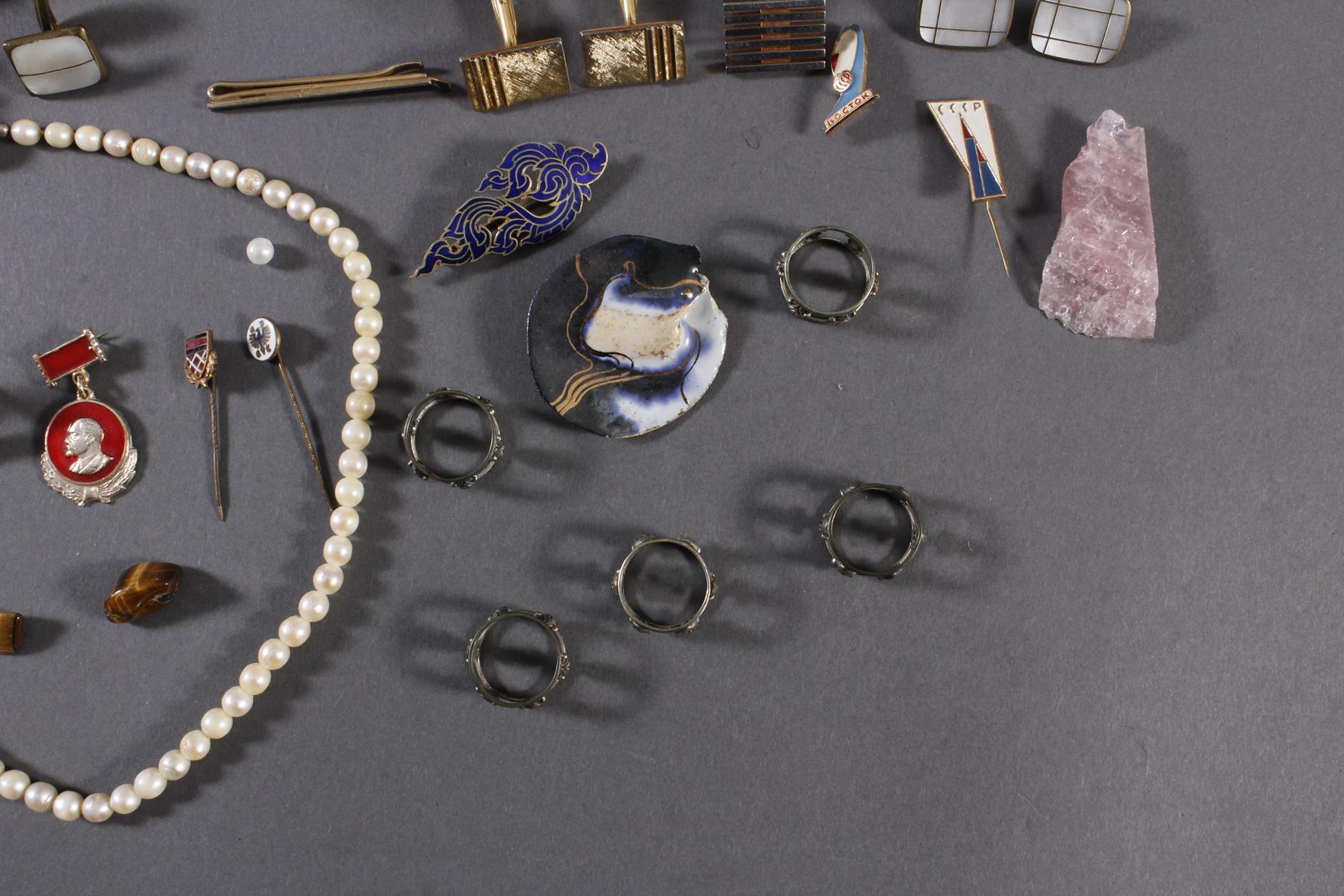 Schmuckschatulle mit Reichsbanknoten, Perlenkette, silberne Serviettenringe und Modeschmuck-3