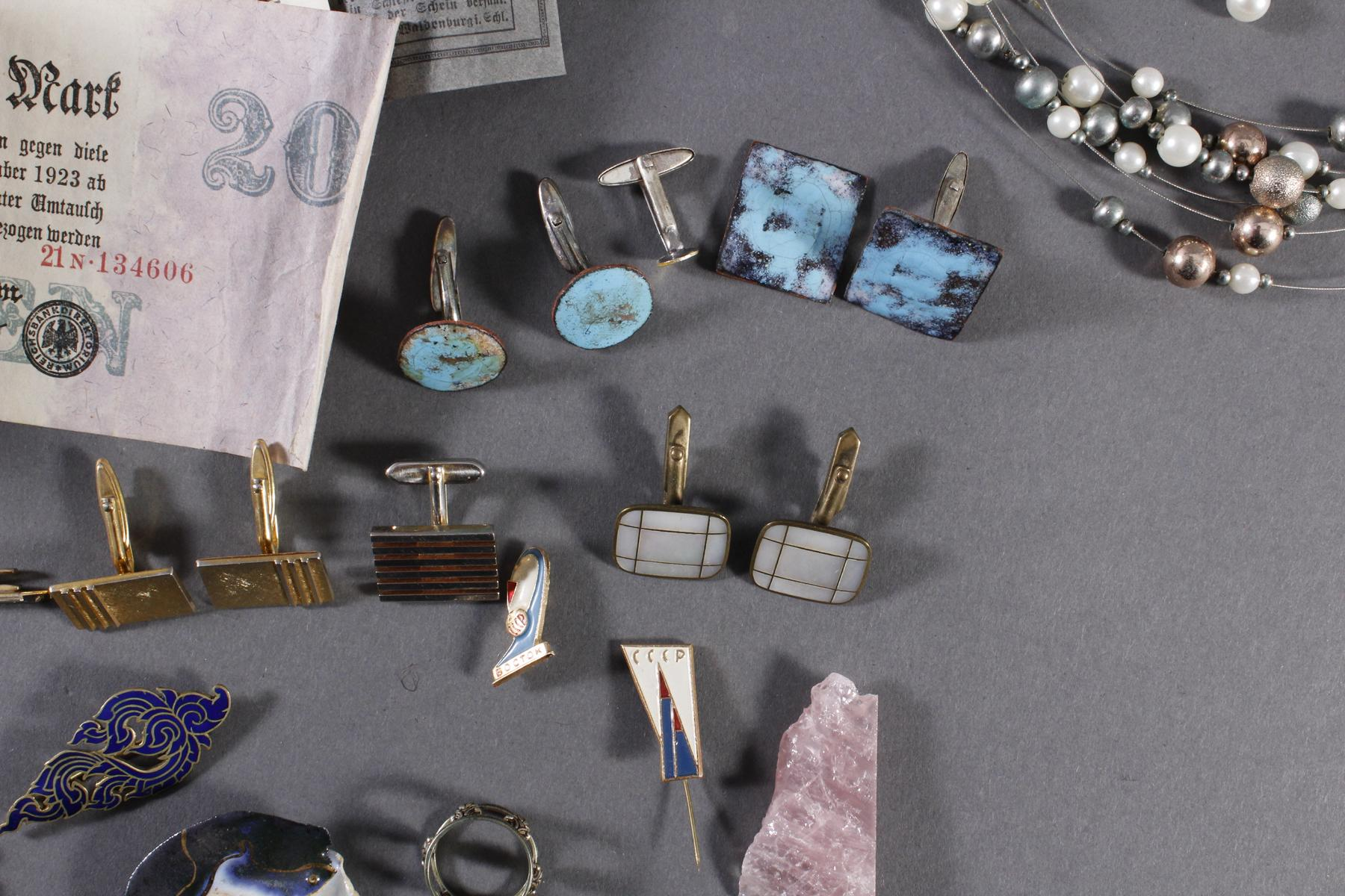Schmuckschatulle mit Reichsbanknoten, Perlenkette, silberne Serviettenringe und Modeschmuck-4
