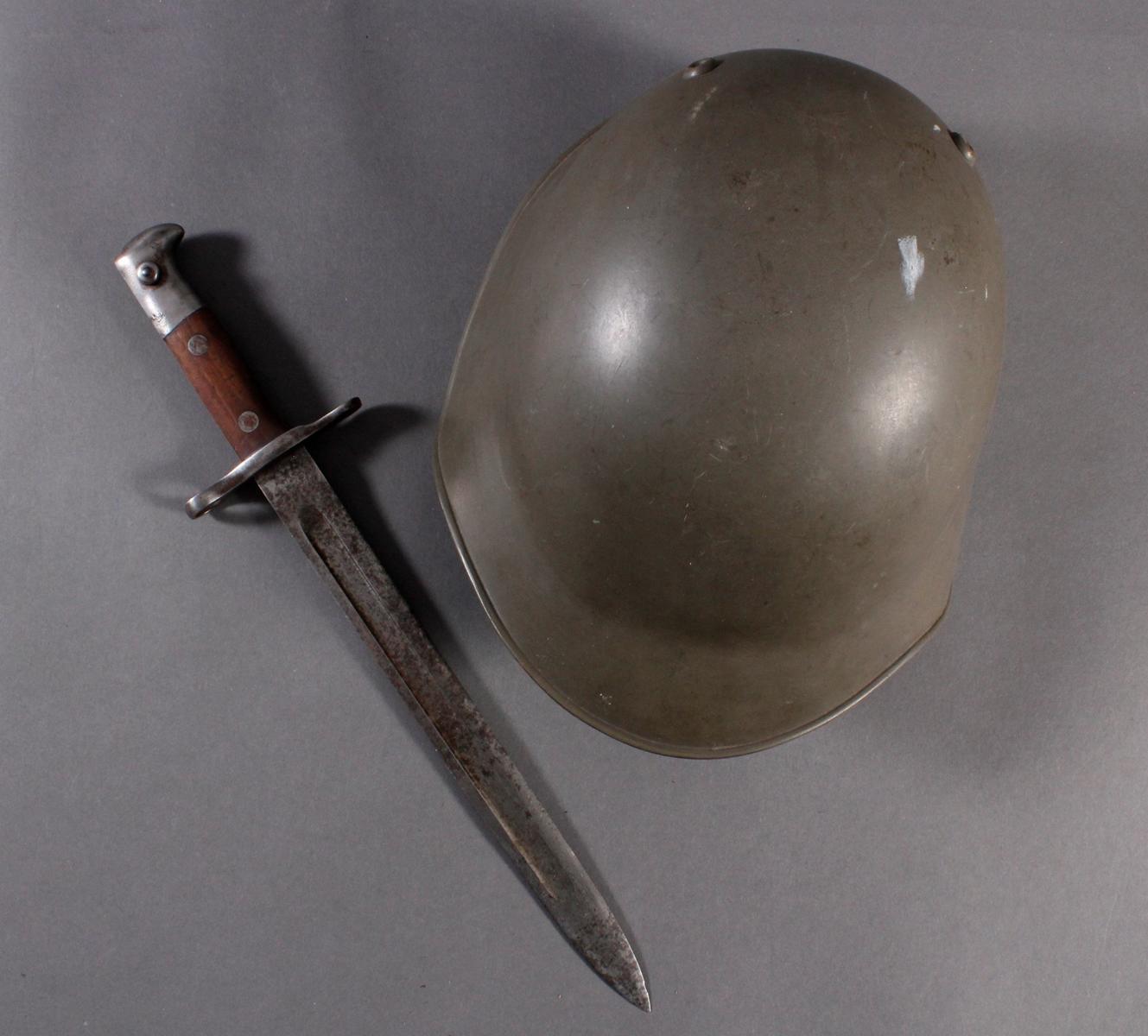 Stahlhelm und Seitengewehr