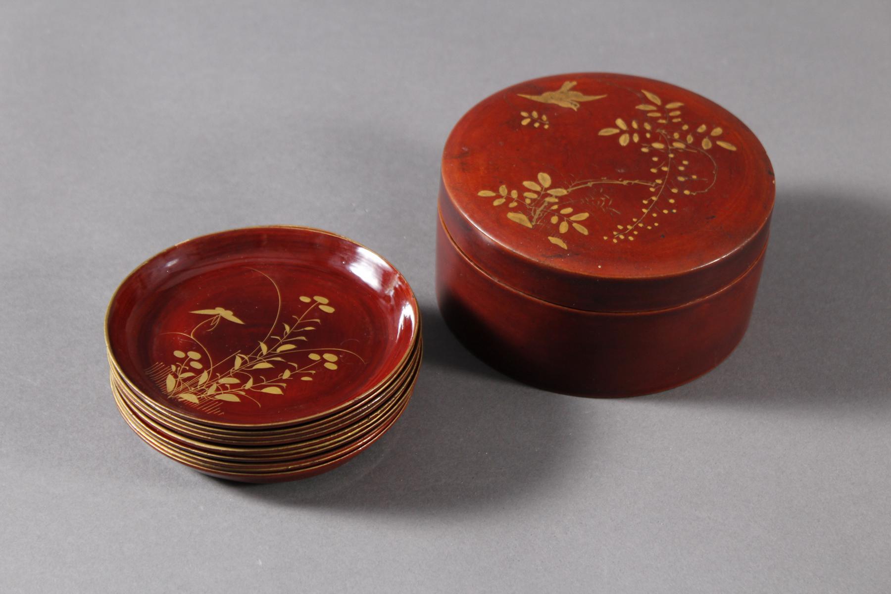 Lack Deckeldose mit 10 Tellereinsätzen, Japan, späte Meiji Periode