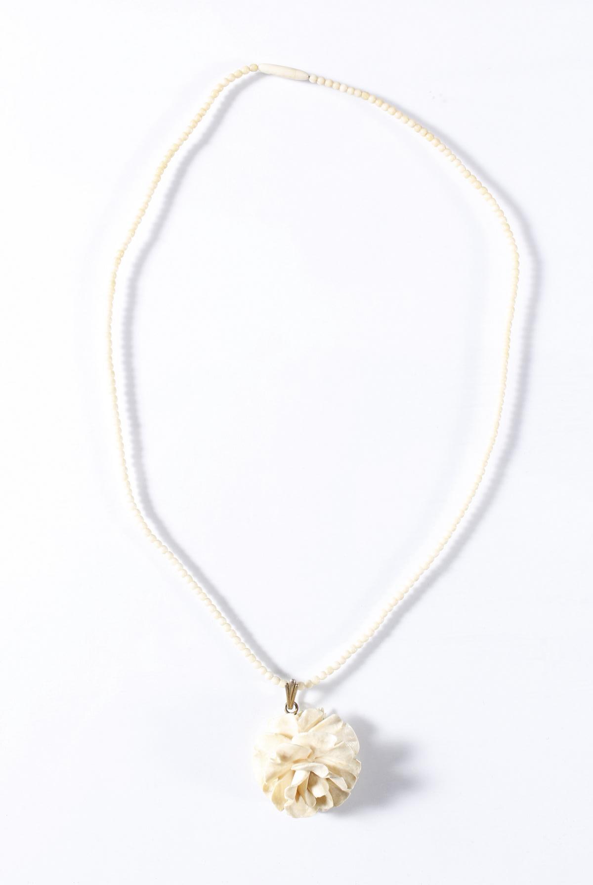 Elfenbein Halskette mit Erbacher Rosenanhänger, um 1900