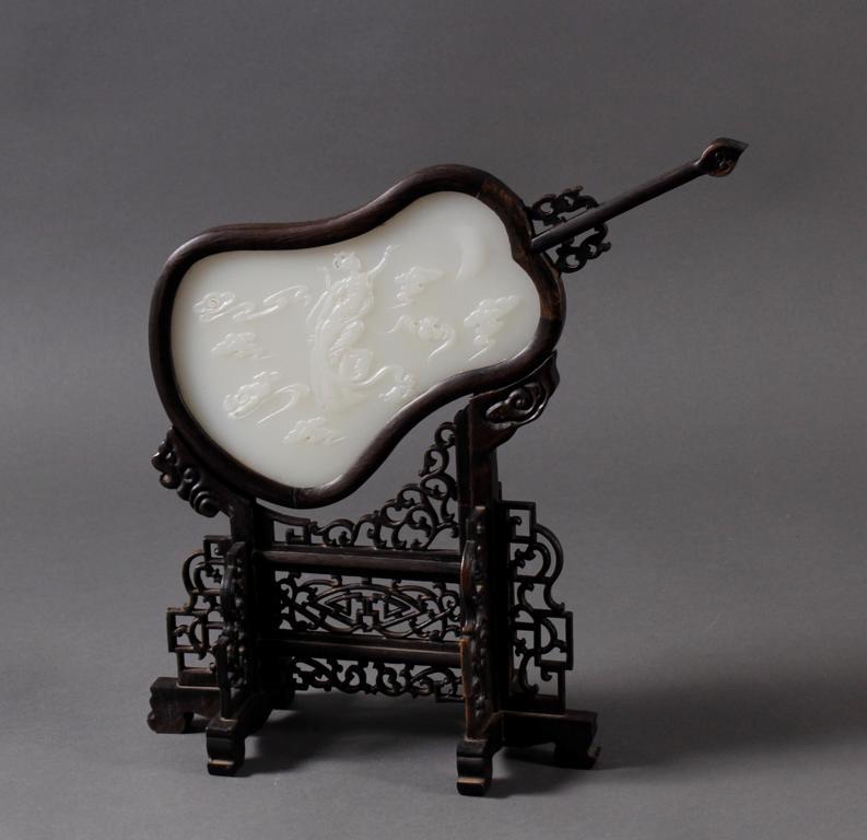 Jade Zierfächer auf Holzstand, China 20. Jahrhundert