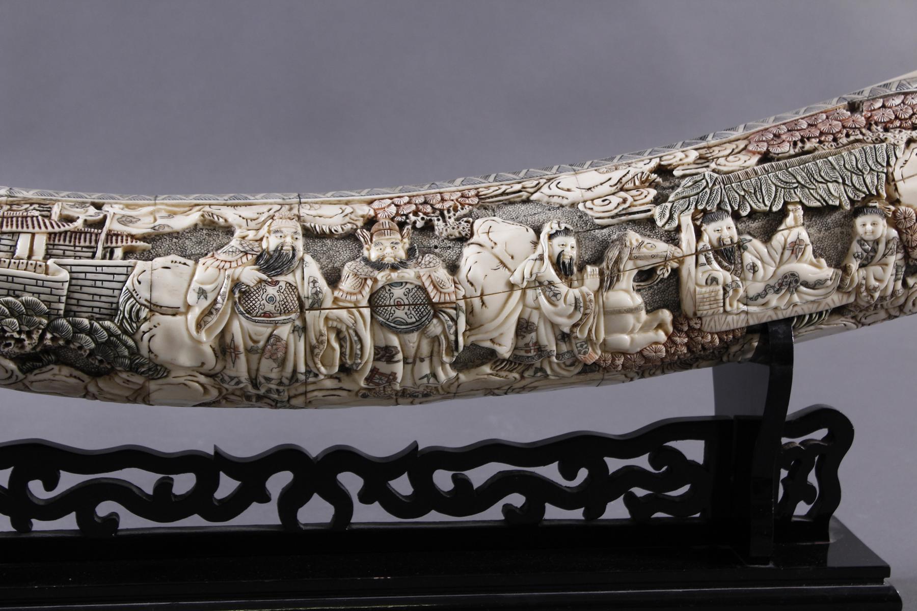 Zierstoßzahn mit Schnitzdekor, China um 1920-2