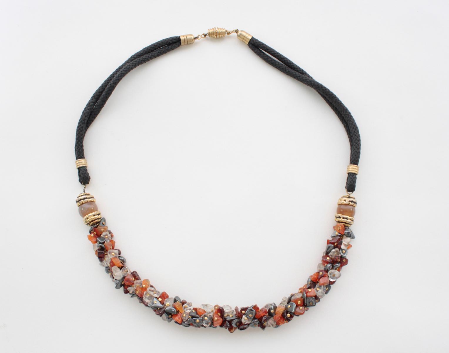 Prachtvolle Halskette aus unterschiedlichen aufgefädelten Edelsteinen