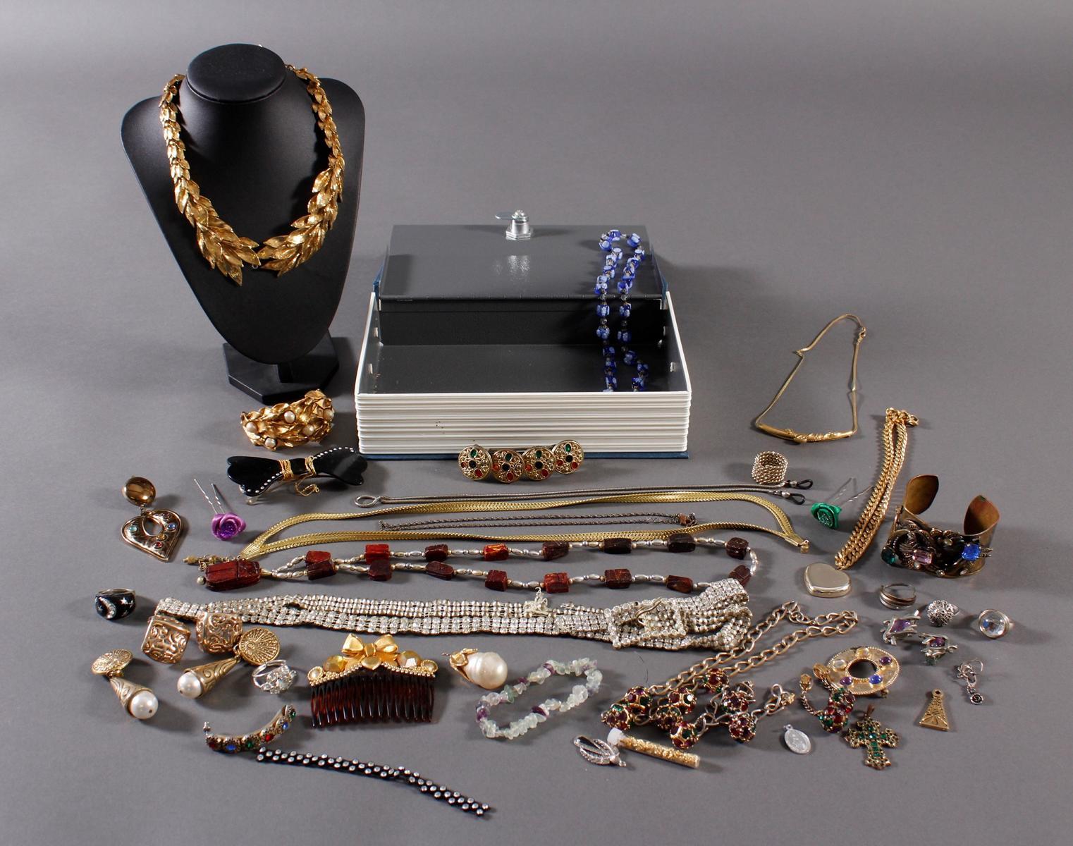 Buchsafe mit Silber- und Modeschmuck