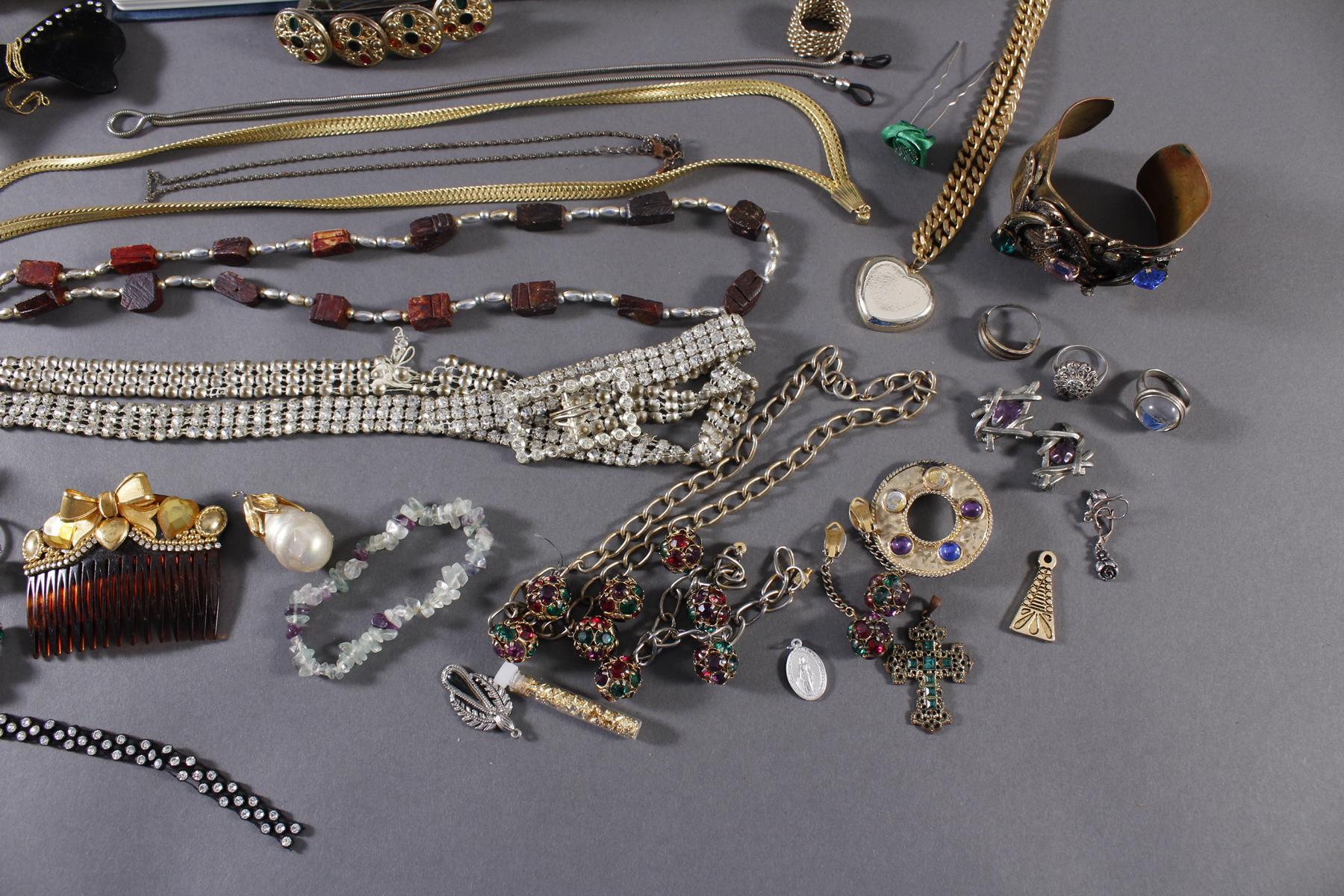 Buchsafe mit Silber- und Modeschmuck-3