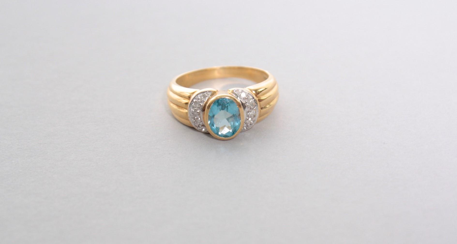 Gelbgoldring mit Blautopas und Diamanten, 18 Karat