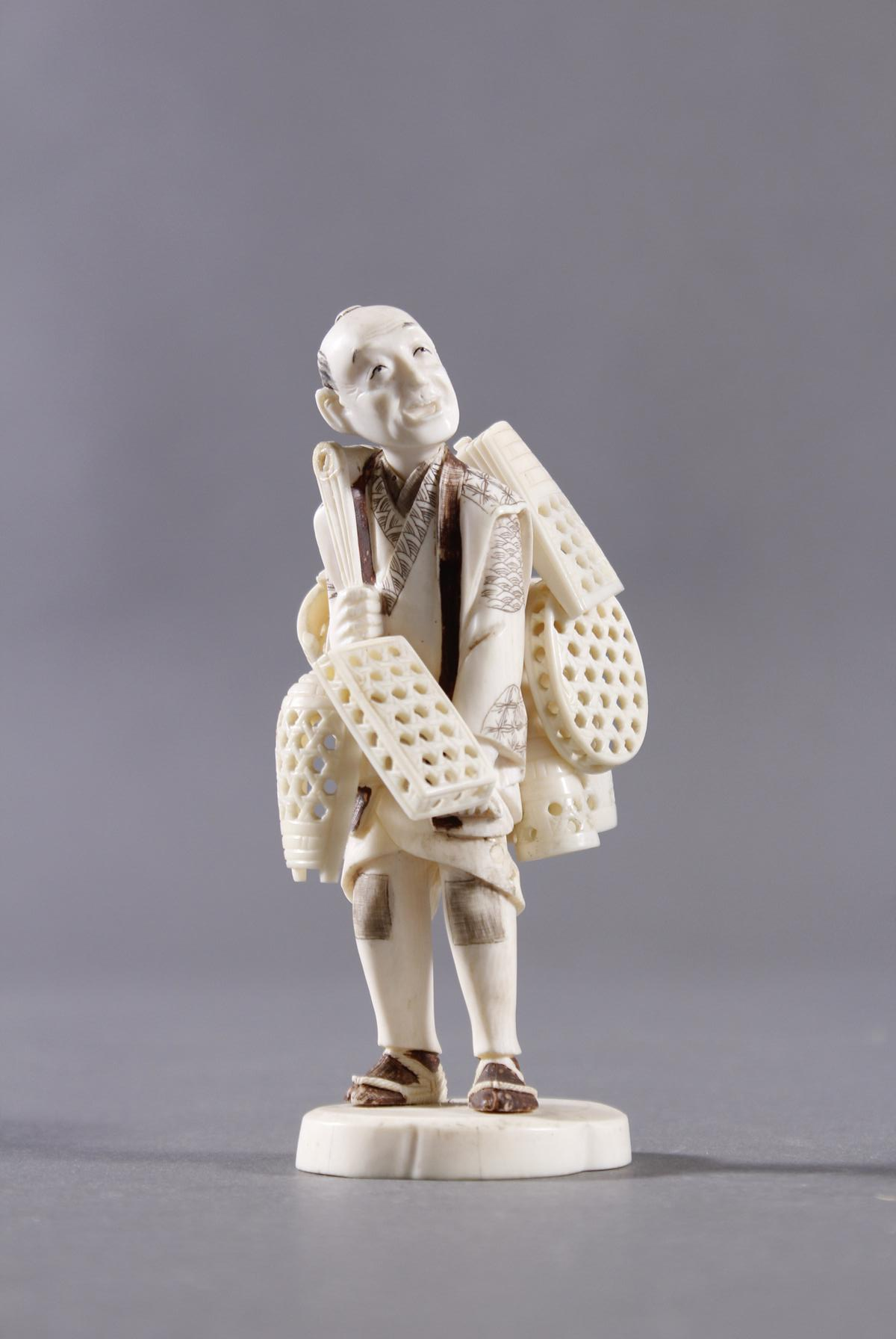 Elfenbeinfigur, Korbverkäufer, Japan, Meiji-Periode