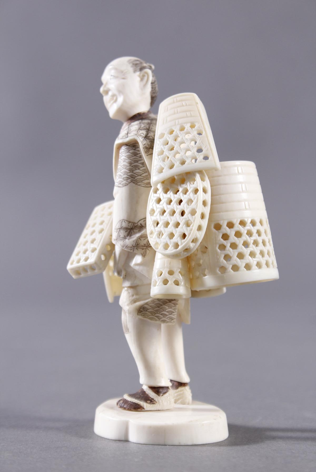 Elfenbeinfigur, Korbverkäufer, Japan, Meiji-Periode-2
