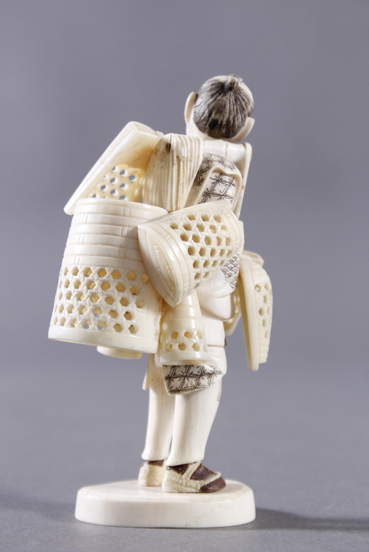 Elfenbeinfigur, Korbverkäufer, Japan, Meiji-Periode-3