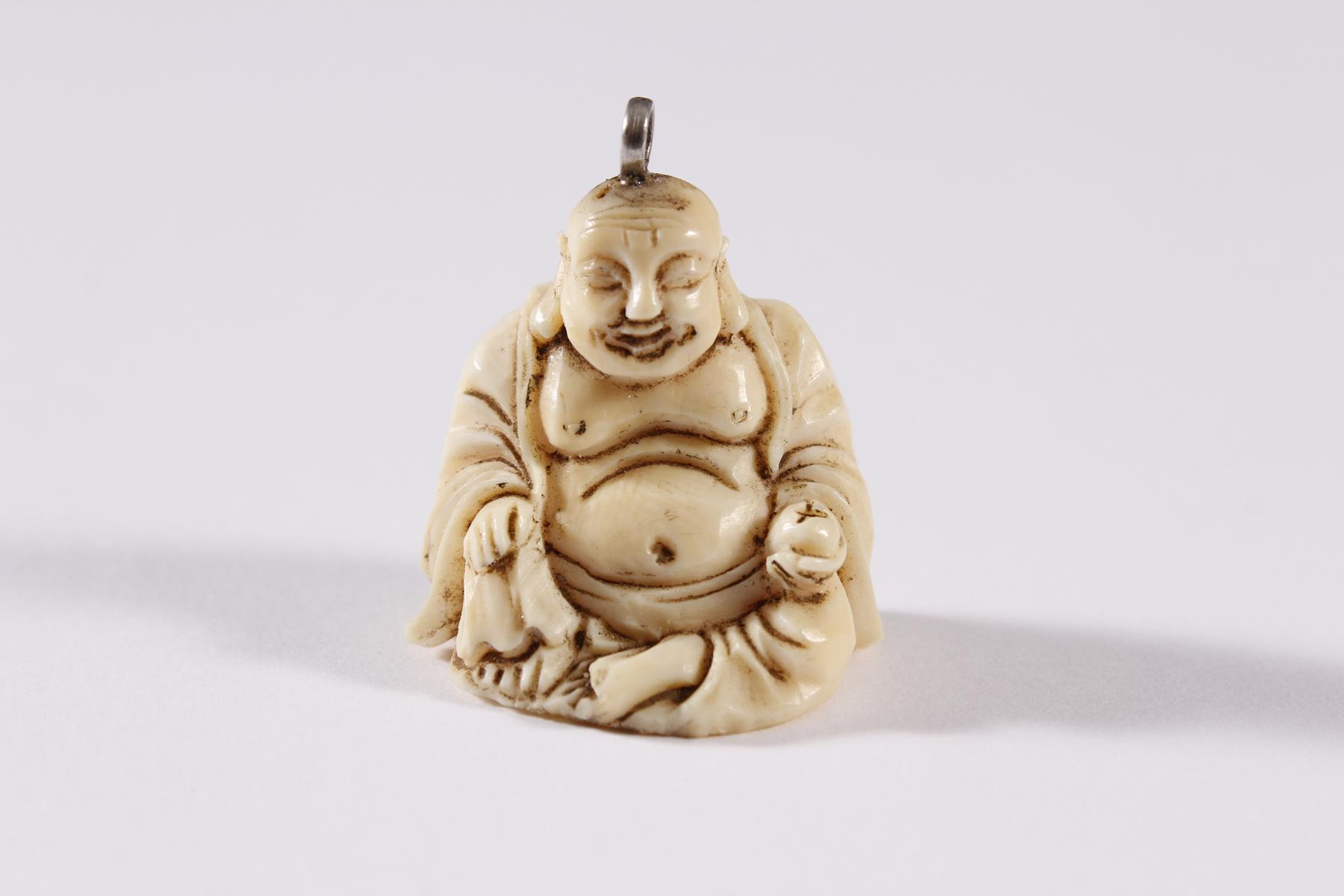 Elfenbein Anhänger, Glücks-Buddha, China um 1900