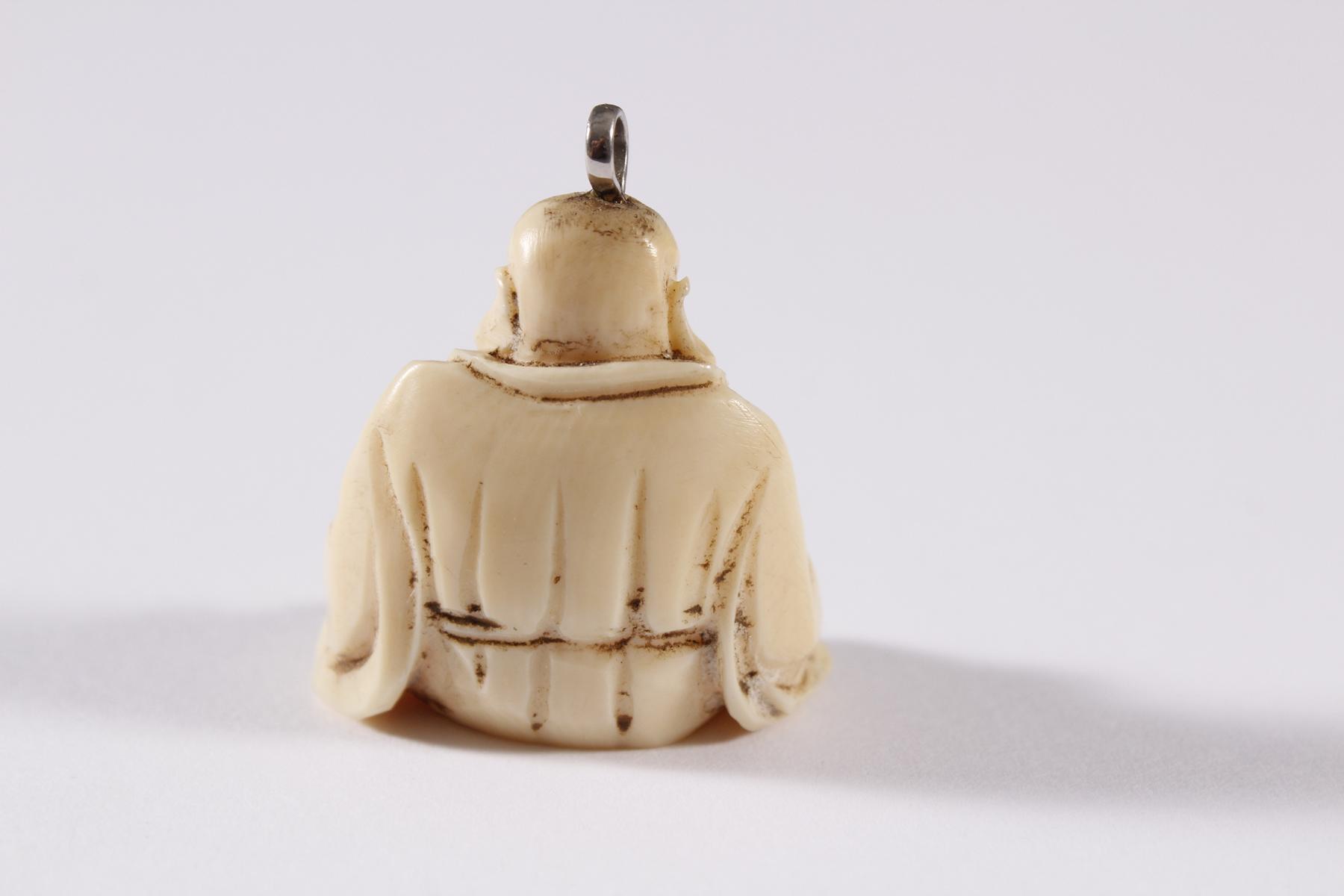 Elfenbein Anhänger, Glücks-Buddha, China um 1900-2