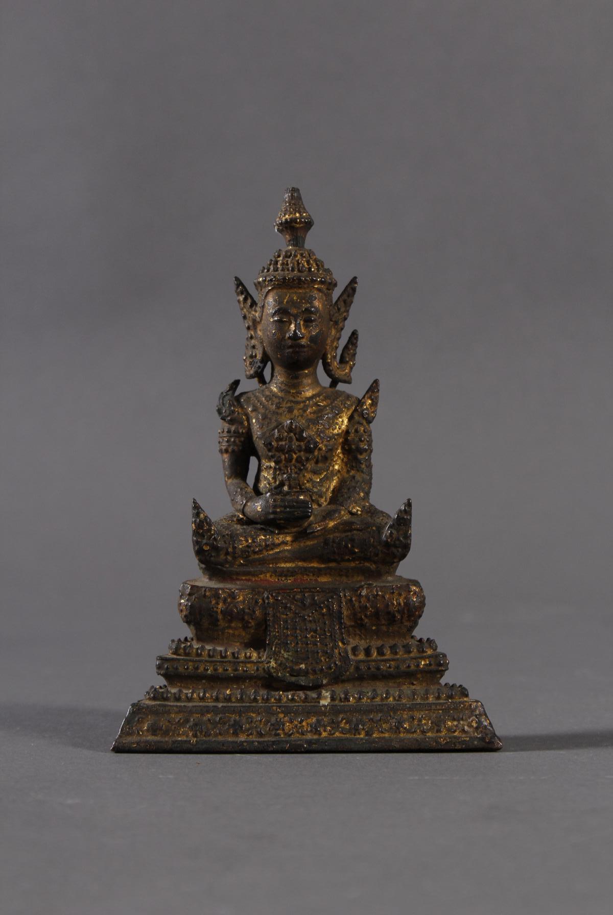 Sitzender Buddha auf dreistufigen Sockel, Thailand um 1860