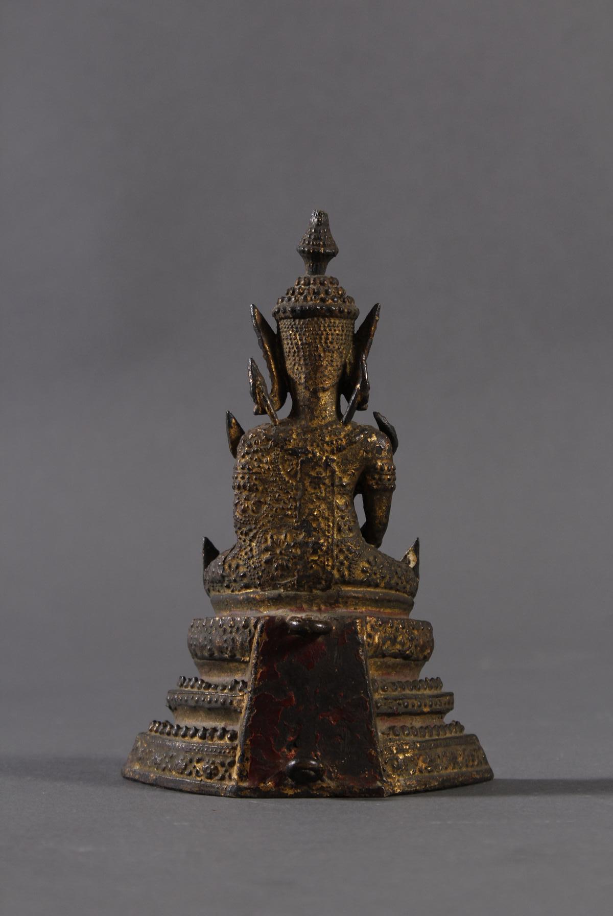 Sitzender Buddha auf dreistufigen Sockel, Thailand um 1860-2