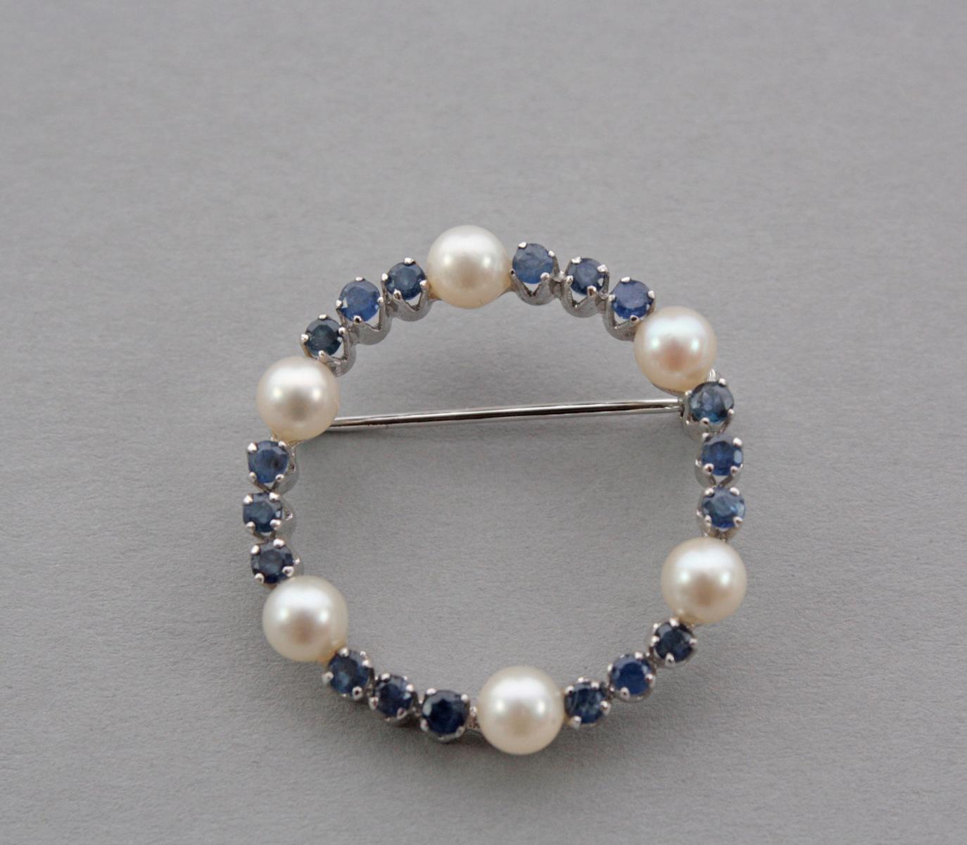 Brosche mit Saphiren und Perlen, 18 Karat Weißgold