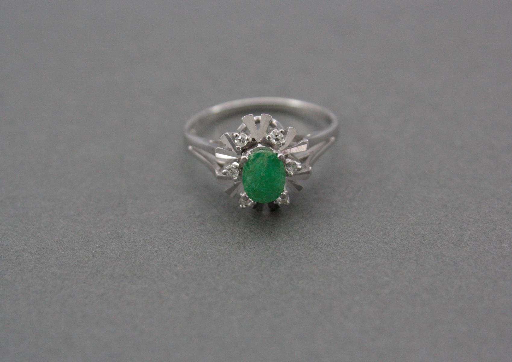 Damenring mit Smaragd und Diamanten, 14 Karat Weißgold