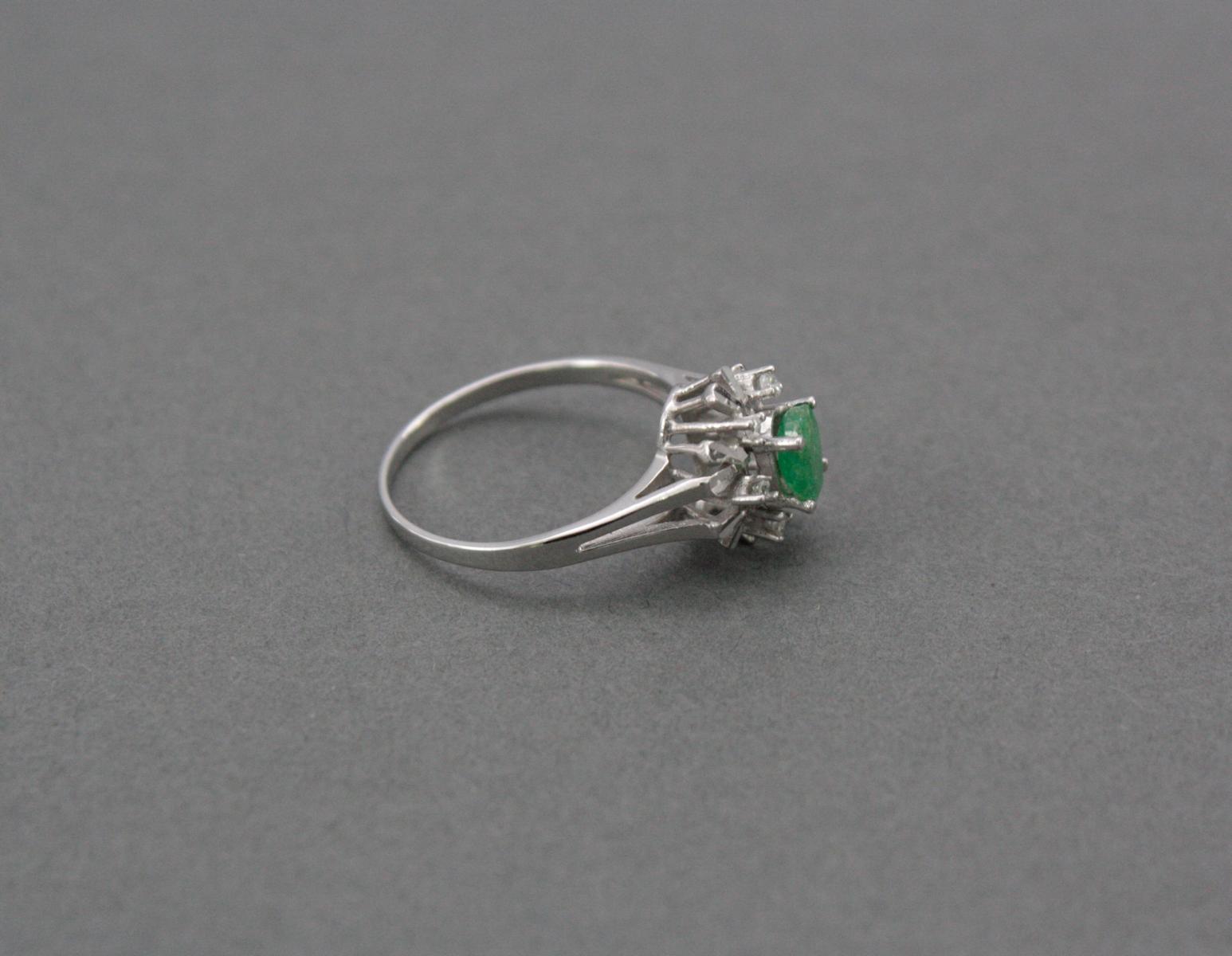 Damenring mit Smaragd und Diamanten, 14 Karat Weißgold-2