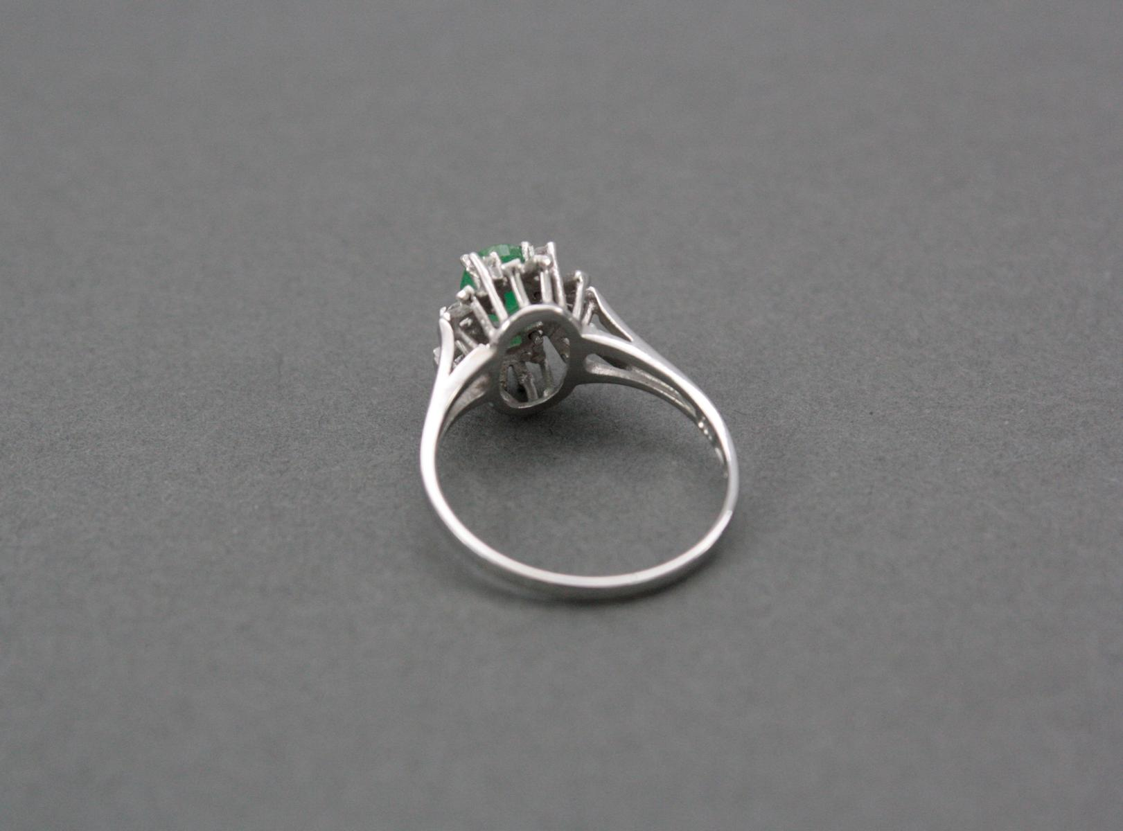 Damenring mit Smaragd und Diamanten, 14 Karat Weißgold-3