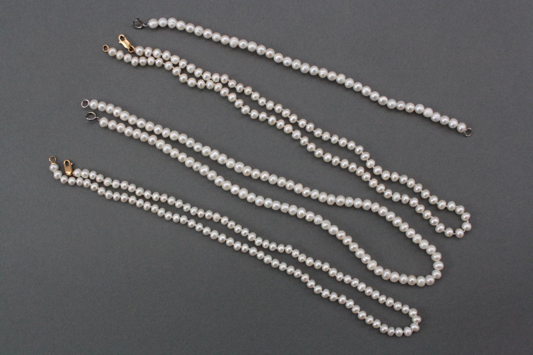 3 Perlenhalsketten und 1 Armband