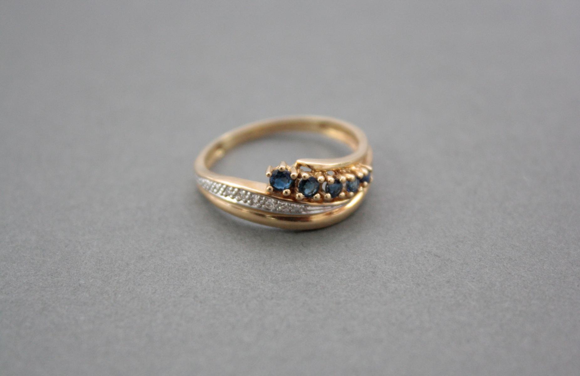 Damenring mit Saphiren und Diamanten, 14 Karat Gelbgold