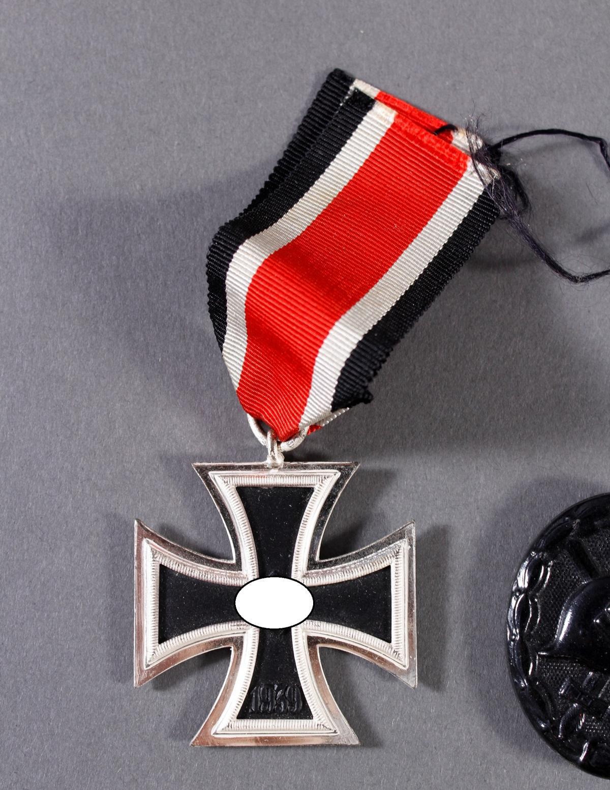 Militaria Konvolut WK II: Orden, Abzeichen und Fotos-2